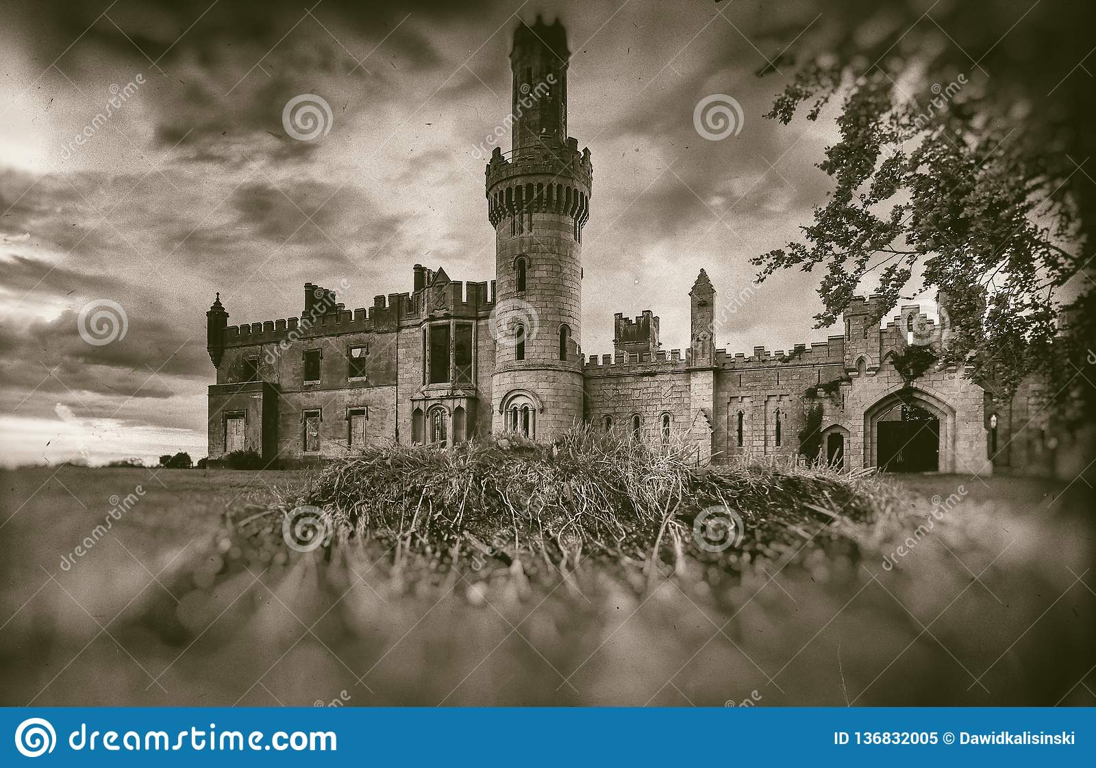 Παλαιές μεσαιωνικές καταστροφές κάστρων, δέντρο και θυελλώδης ουρανός στο ύφος σεπιών