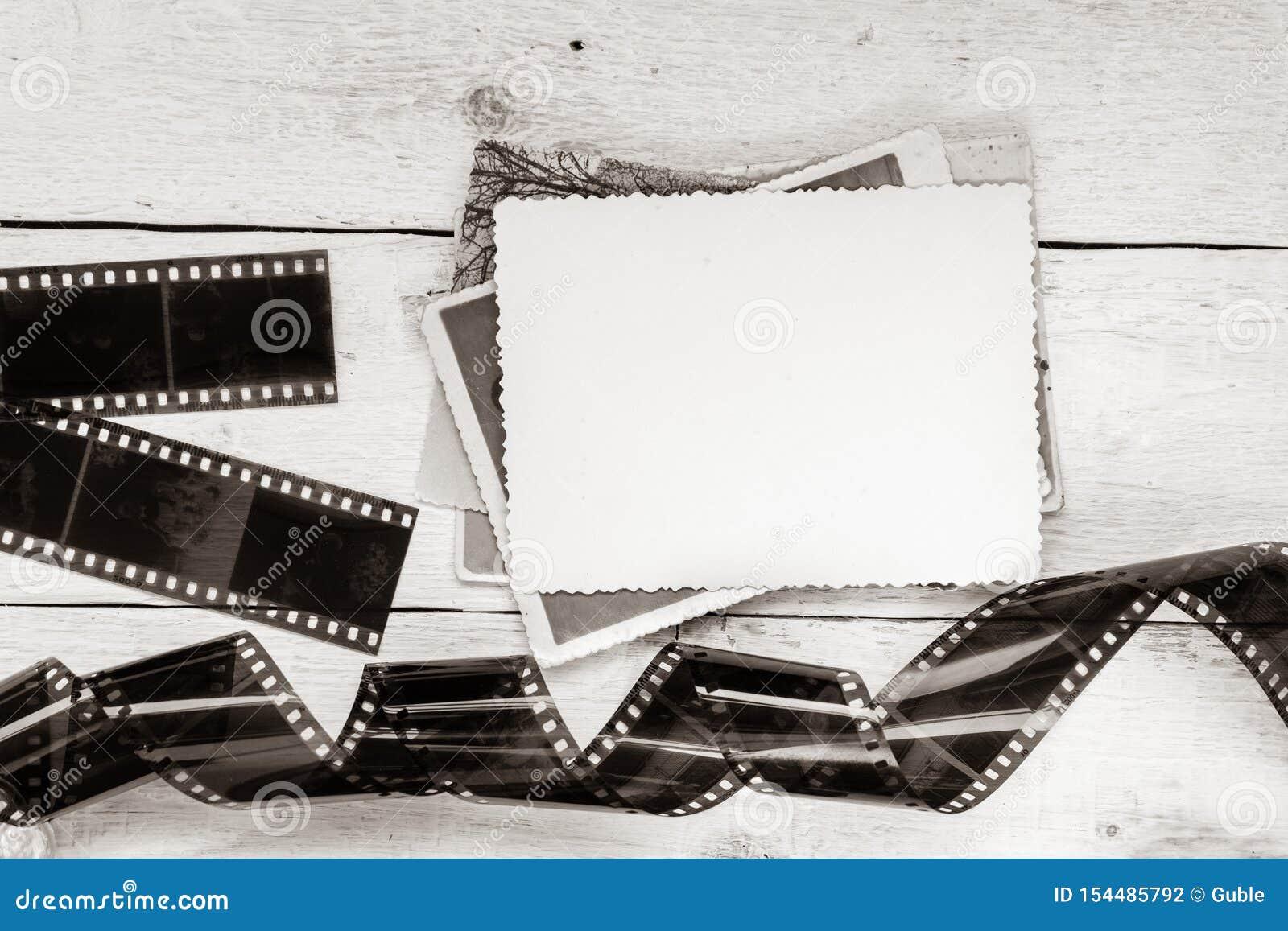 Παλαιές ταινία και φωτογραφία στο άσπρο ξύλινο υπόβαθρο Κενό πλαίσιο για το σχέδιο