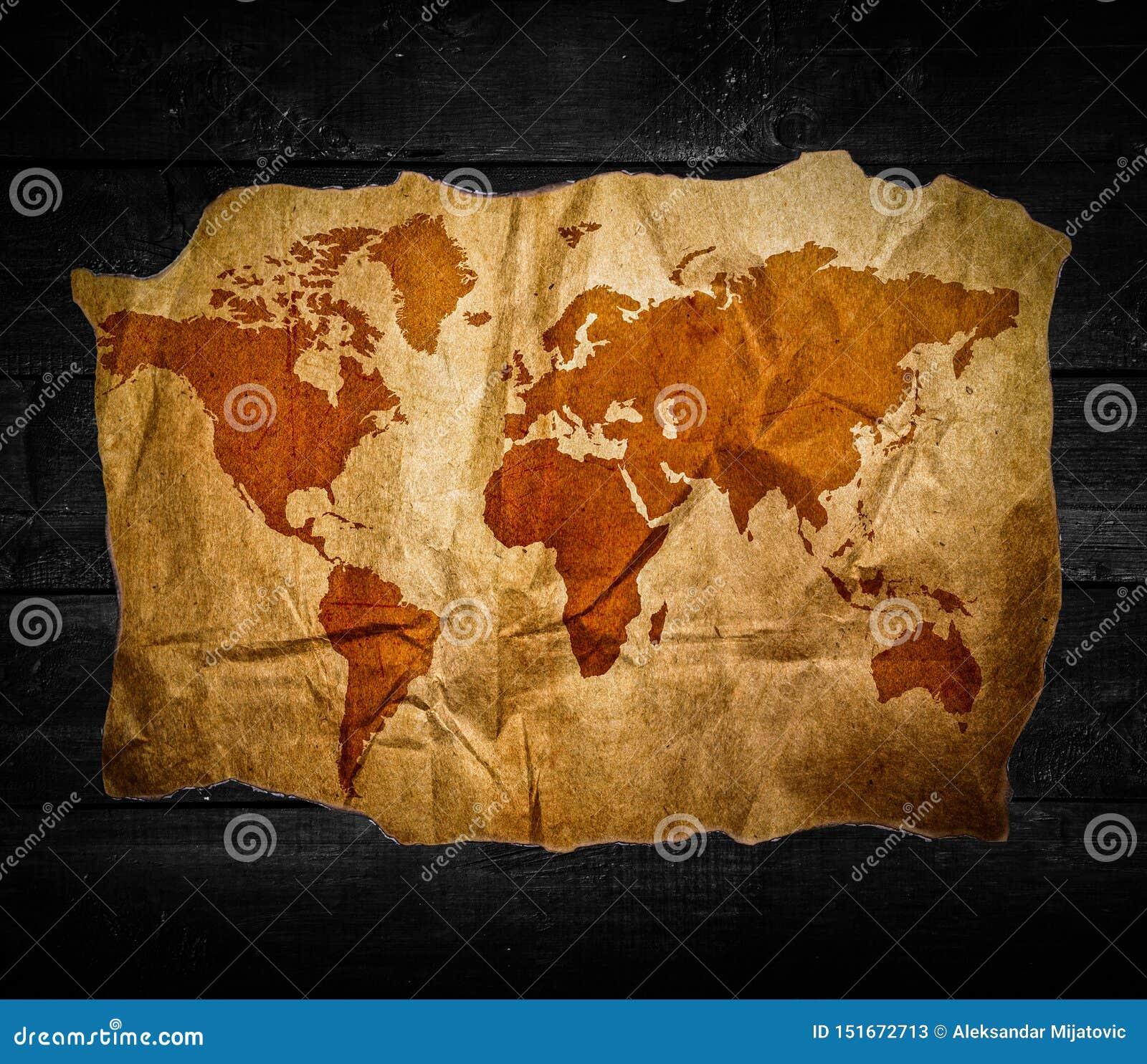 Παλαιός παγκόσμιος χάρτης στο μαύρο ξύλινο υπόβαθρο
