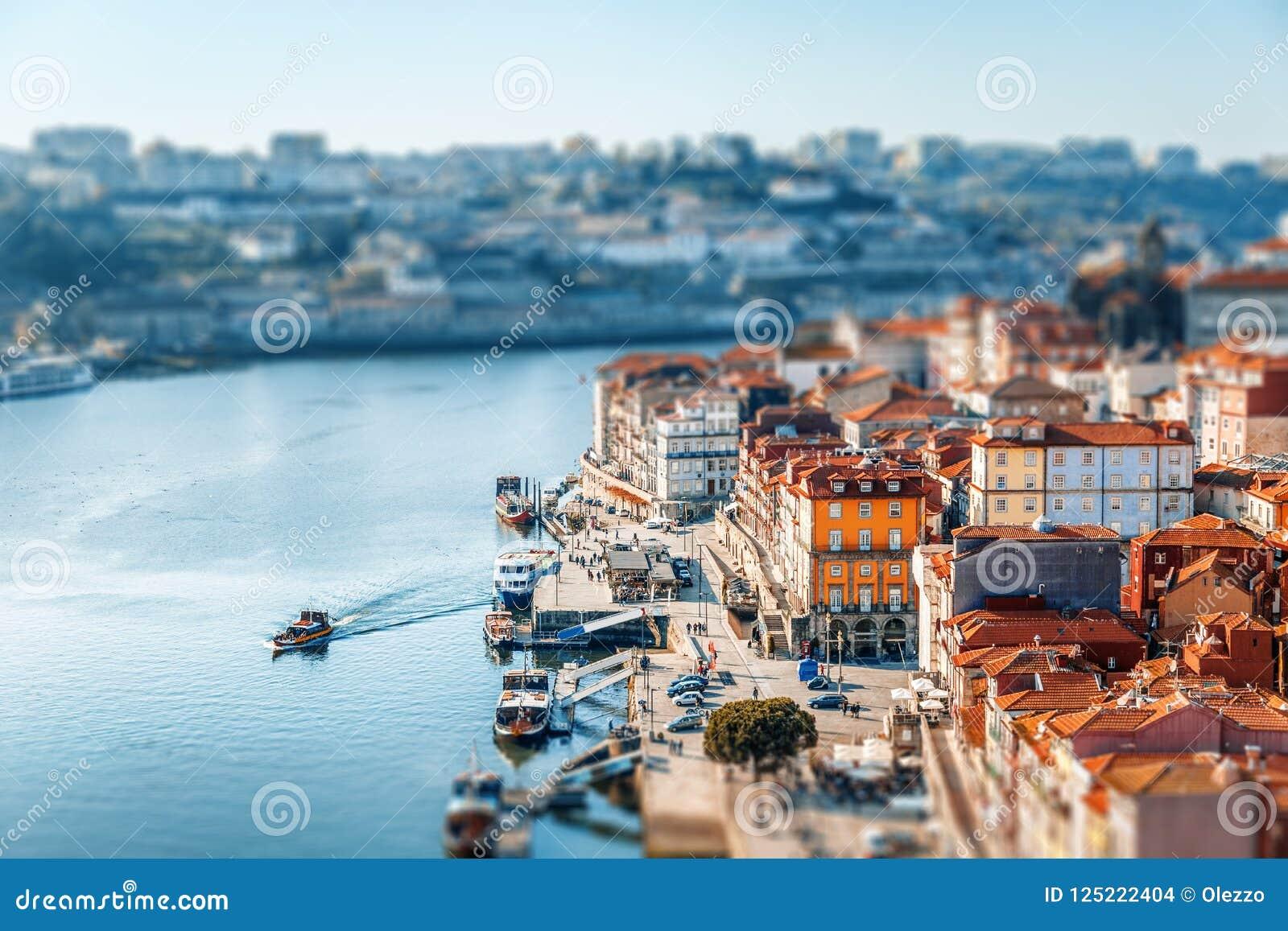 Παλαιός πόλης ορίζοντας του Πόρτο, Πορτογαλία στο ηλιοβασίλεμα, όμορφη εικονική παράσταση πόλης,