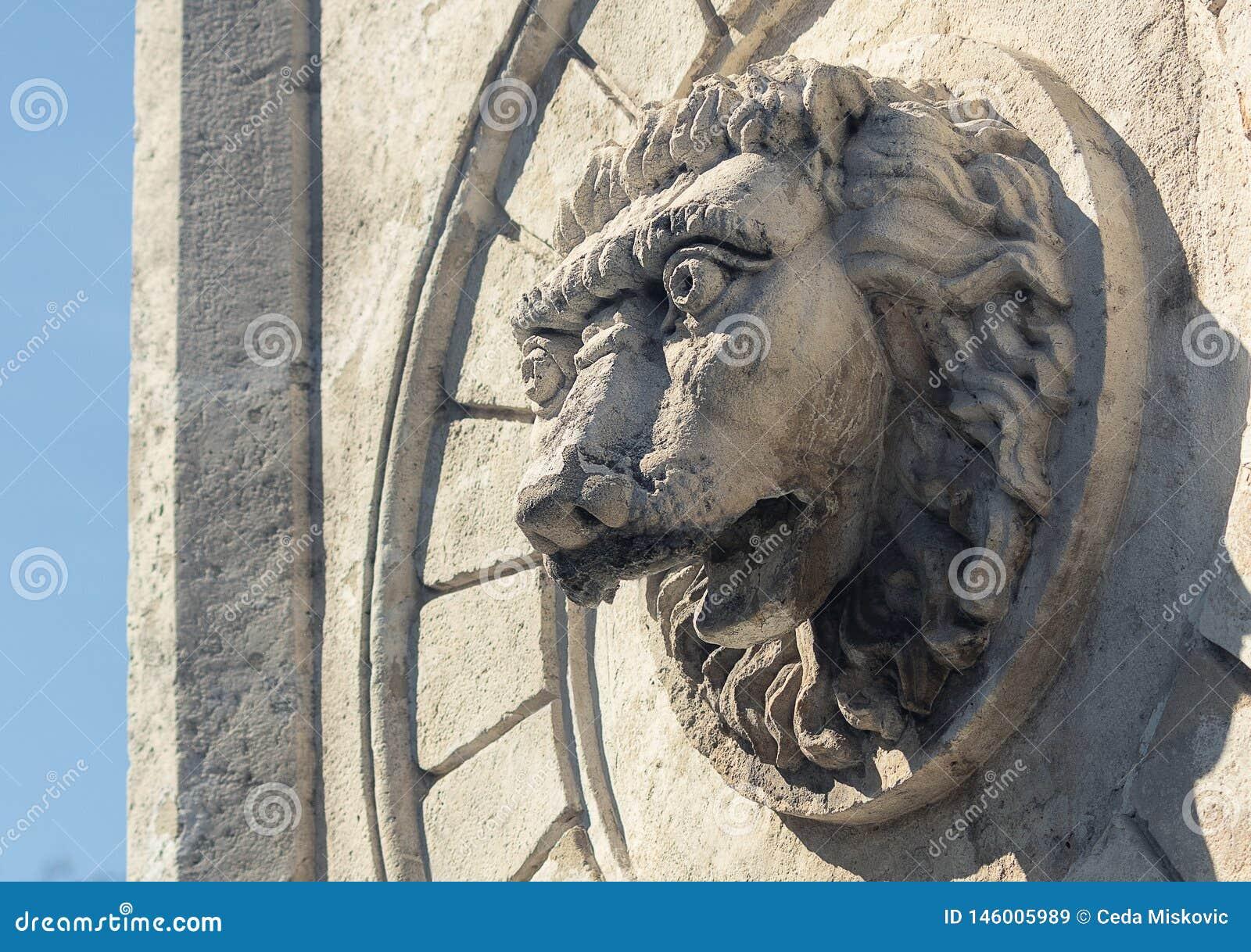 Παλαιό άγαλμα και μια πηγή ενός λιονταριού