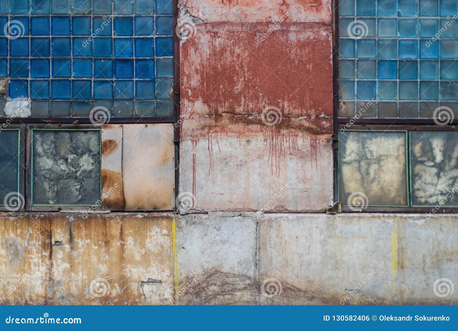 Παλαιό βρώμικο γυαλί φραγμών και χρωματισμένη συγκεκριμένη σύσταση αποθηκών εμπορευμάτων από την ΕΣΣΔ