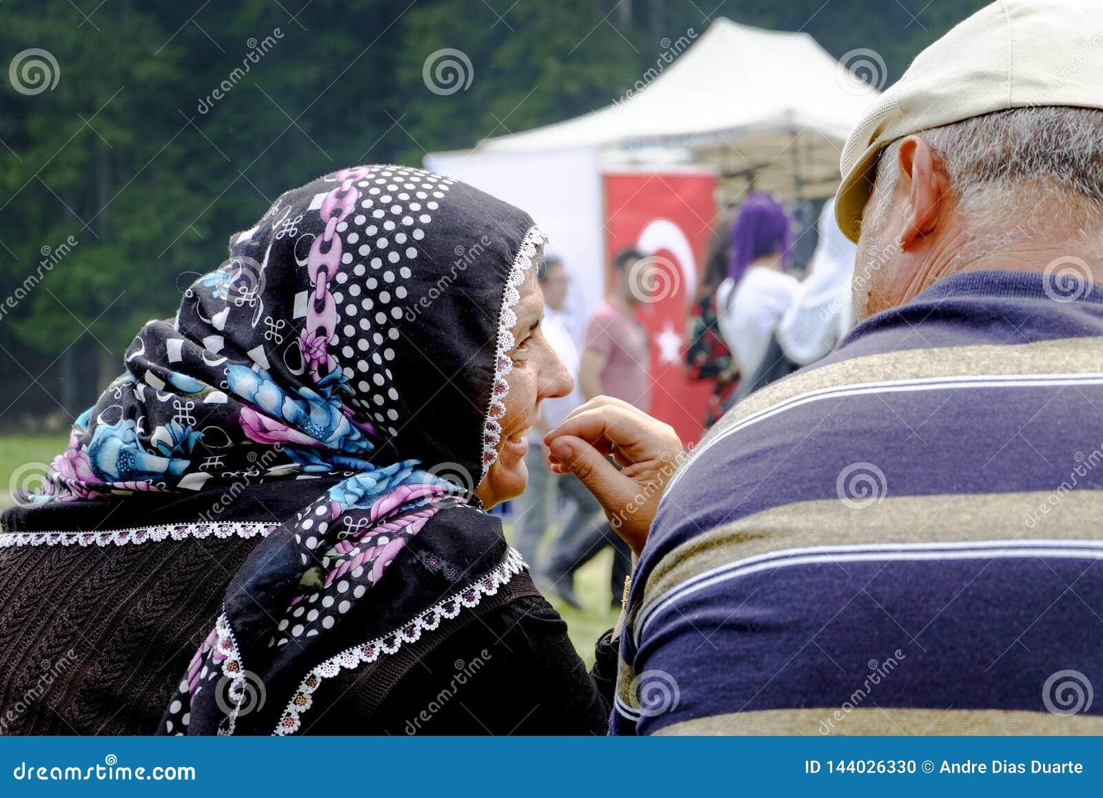 Παλαιό ζεύγος που γελά σε ένα πάρκο