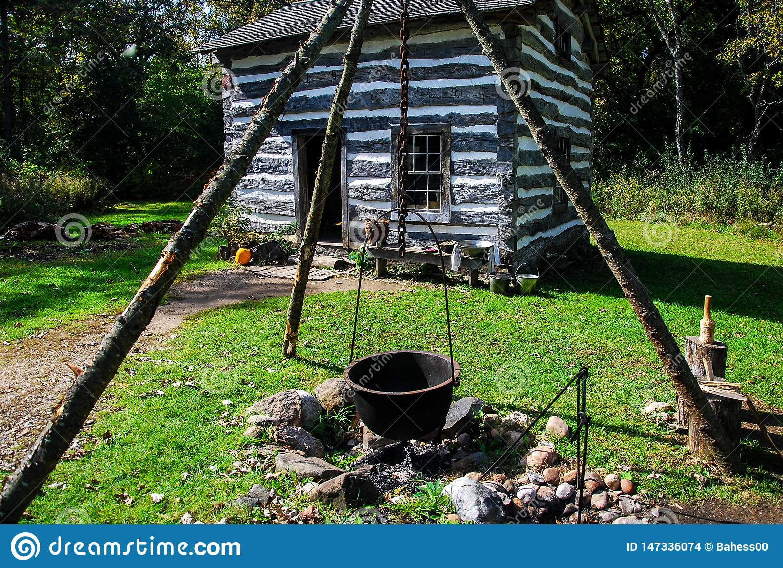 Παλαιό ιστορικό σπίτι στο Παλαιό Κόσμο Ουισκόνσιν με ένα κοιλωμάτων και πυρκαγιάς τρίποδο χυτοσιδήρου
