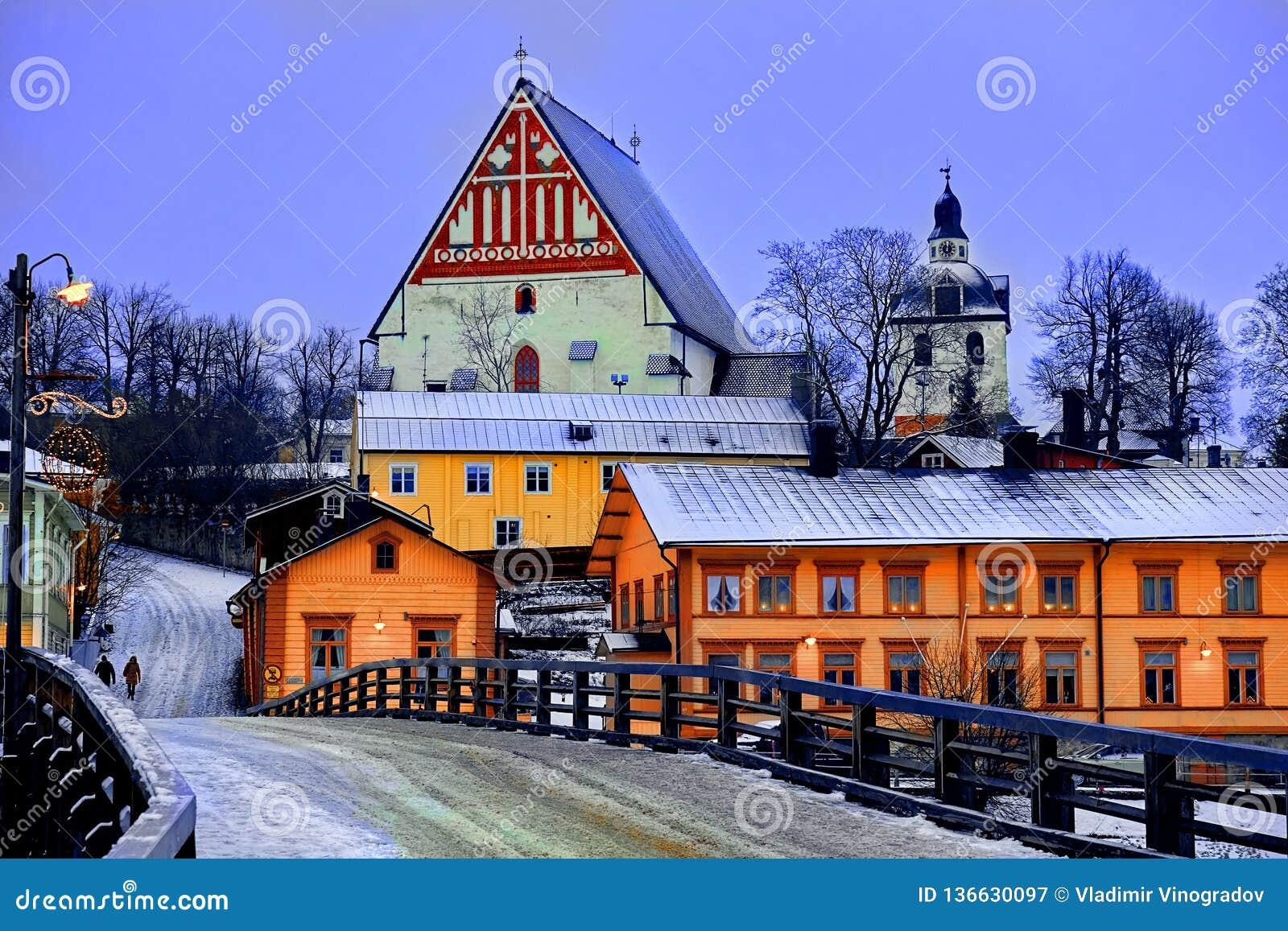 Παλαιό ιστορικό Porvoo, Φινλανδία με τα ξύλινα σπίτια και μεσαιωνικός καθεδρικός ναός Porvoo πετρών και τούβλου κάτω από το άσπρο