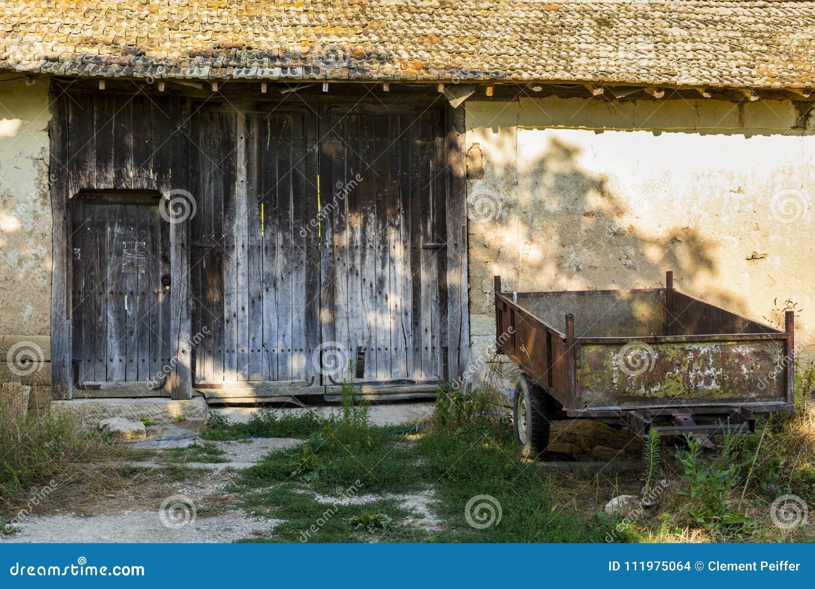 Παλαιό και σκουριασμένο ρυμουλκό μπροστά από ένα εγκαταλειμμένο αγρόκτημα