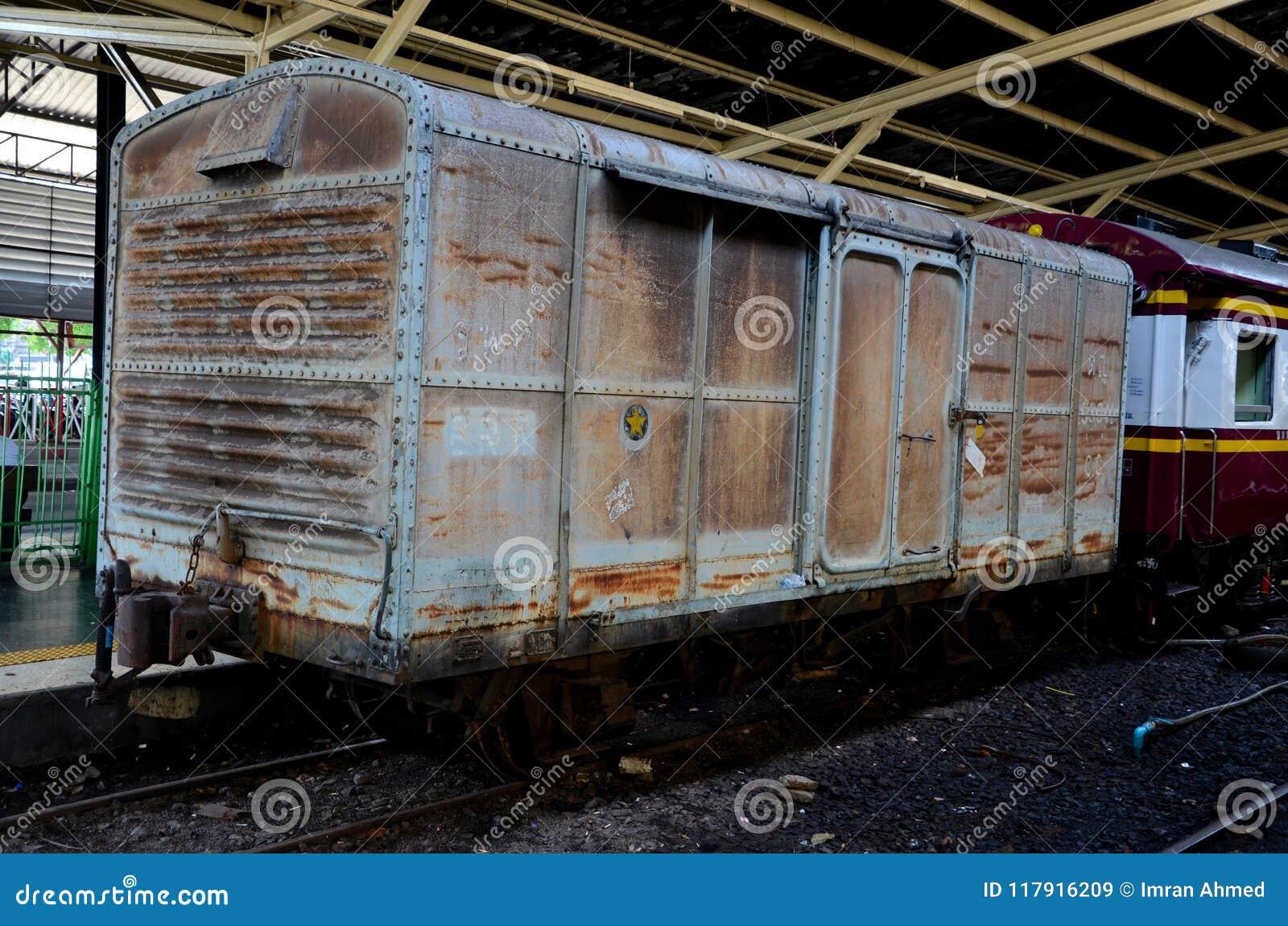 Παλαιό ξεπερασμένο ταϊλανδικό boxcar ραγών που σταθμεύουν στην πλατφόρμα Hua Lamphong Μπανγκόκ Ταϊλάνδη σταθμών