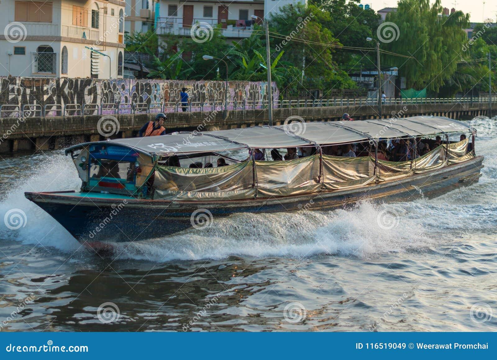 Παλαιό ξύλινο πορθμείο επιβατών που οργανώνεται μέσω ενός μικρού καναλιού