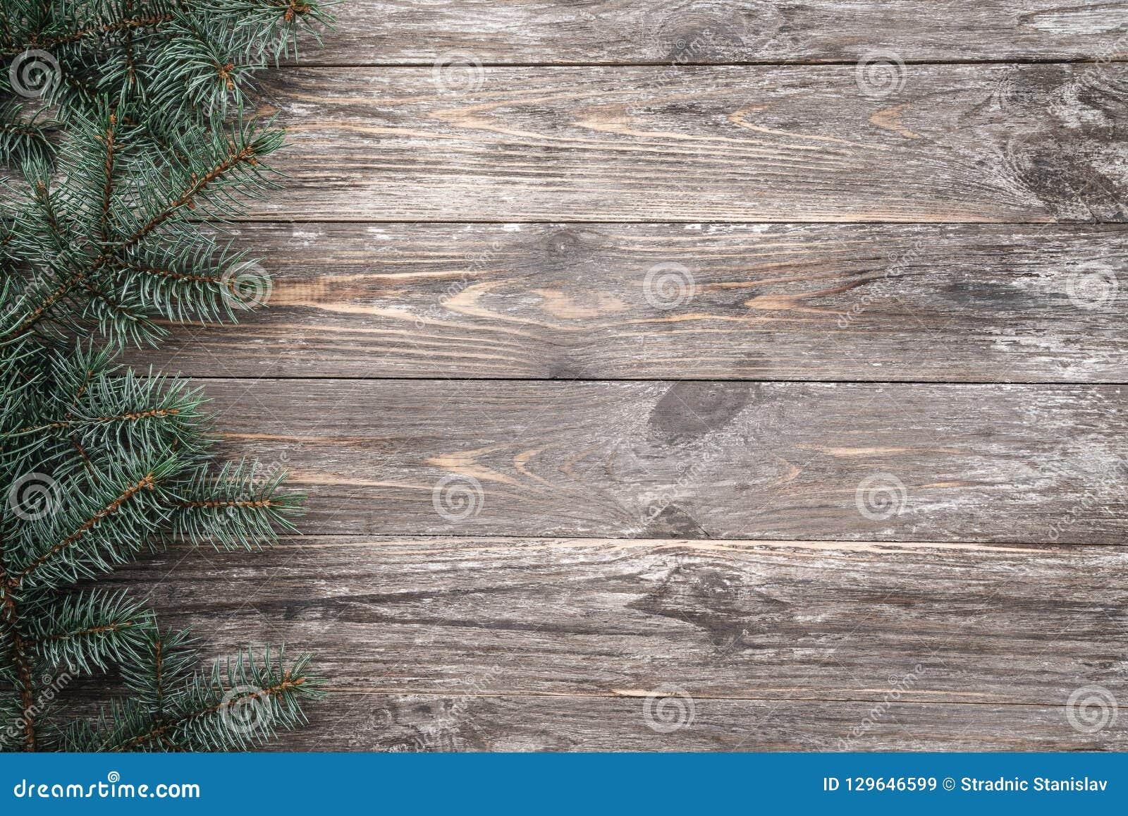 Παλαιό ξύλινο υπόβαθρο με τους κλάδους έλατου Διάστημα για ένα μήνυμα χαιρετισμού ουρανός santa του Klaus παγετού Χριστουγέννων κ