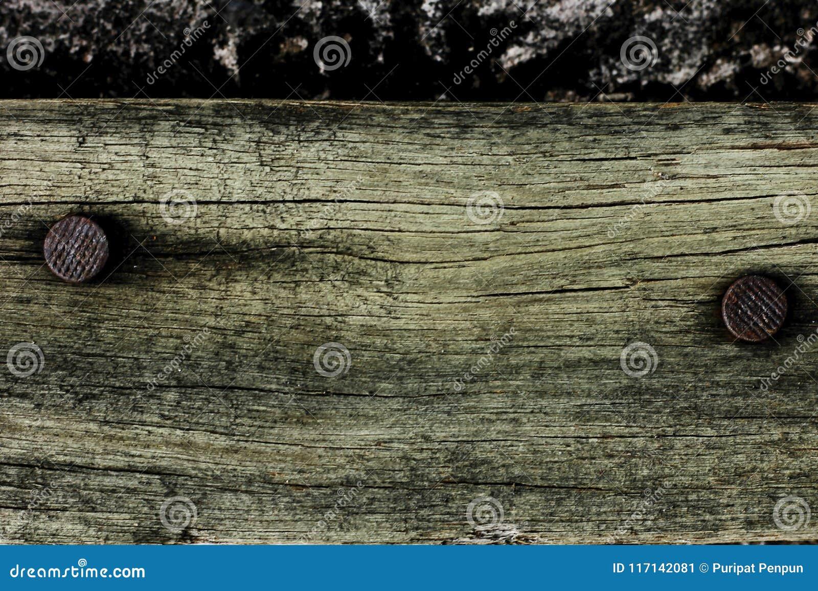 Παλαιό ξύλο με τα καρφιά στη σκουριά