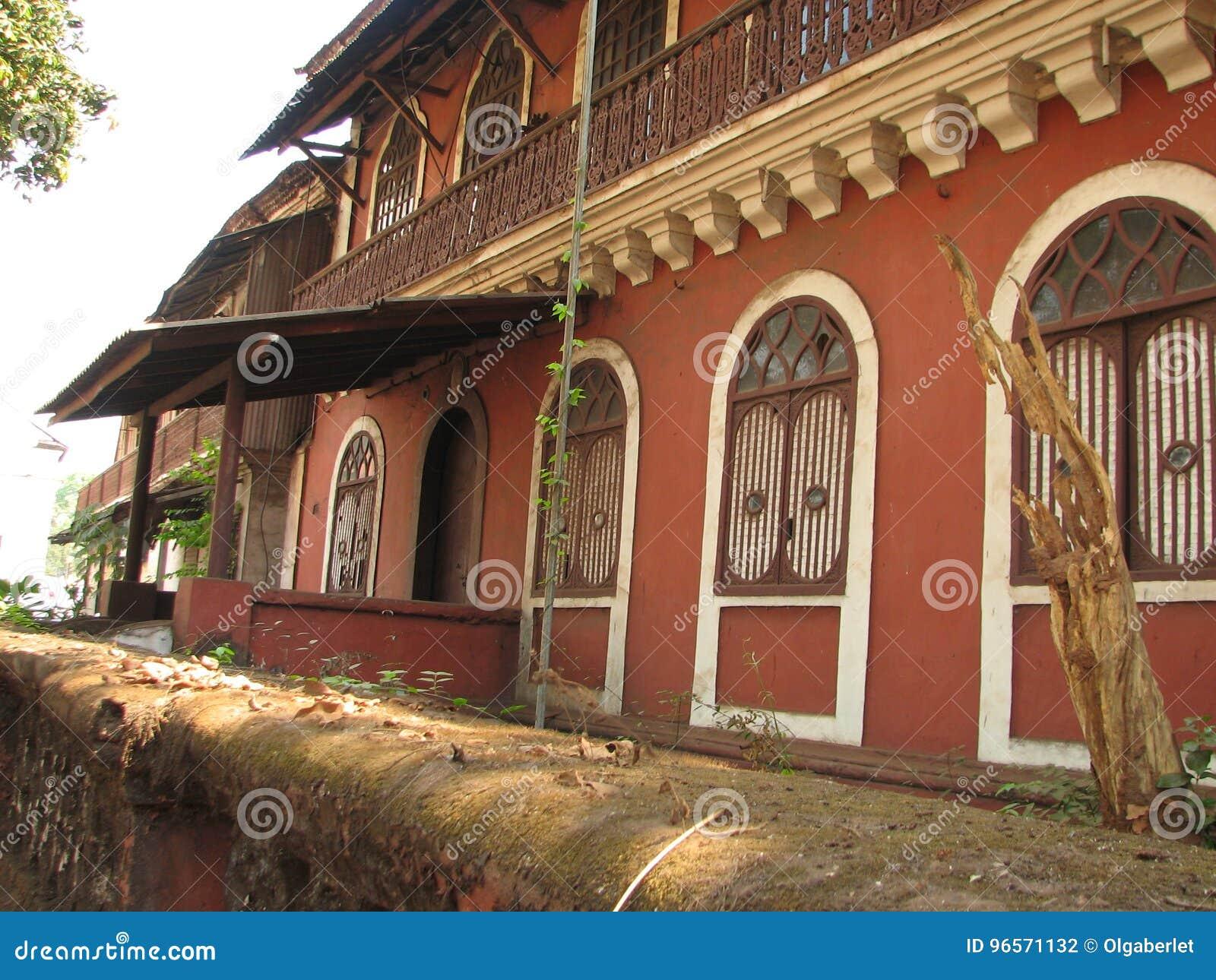Παλαιό παράθυρο με κεραμωμένη την τερακότα στέγη Αρχιτεκτονικές λεπτομέρειες από Goa, Ινδία