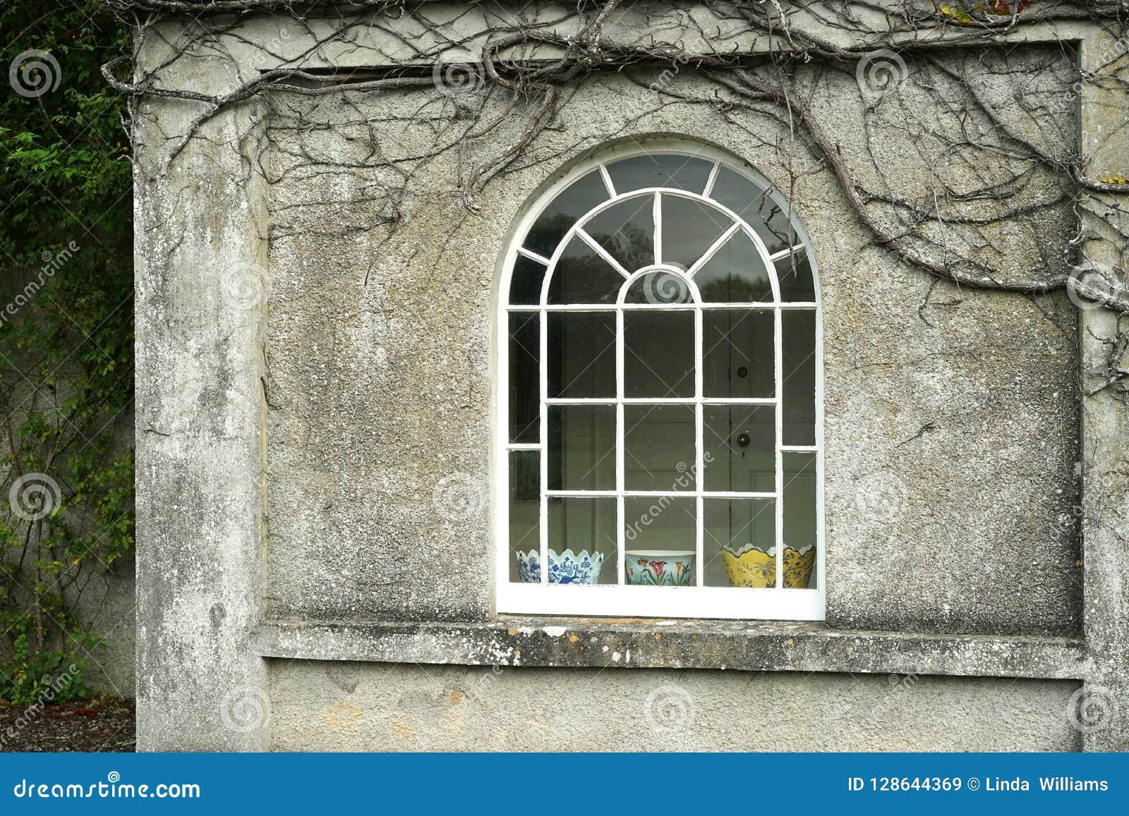 Παλαιό σπίτι φέουδων με το διακριτικό σχηματισμένο αψίδα παράθυρο