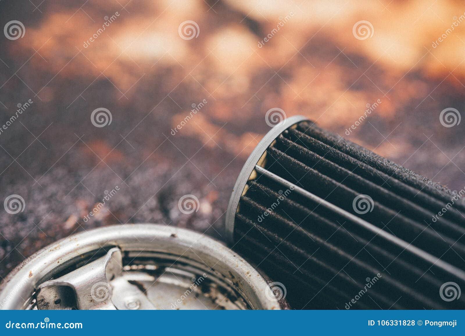 Παλαιό φίλτρο πετρελαίου μηχανών λιπαντικών στο γκαράζ αυτοκινήτων