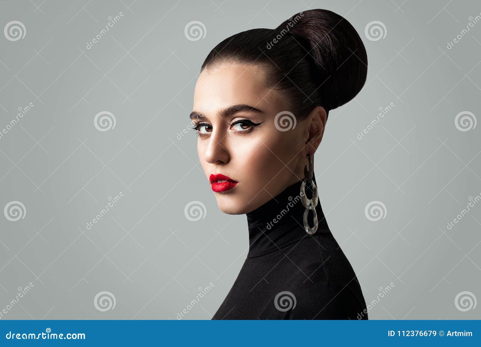 Πανέμορφη γυναίκα με τέλεια Hairstyle και Eyeliner Makeup