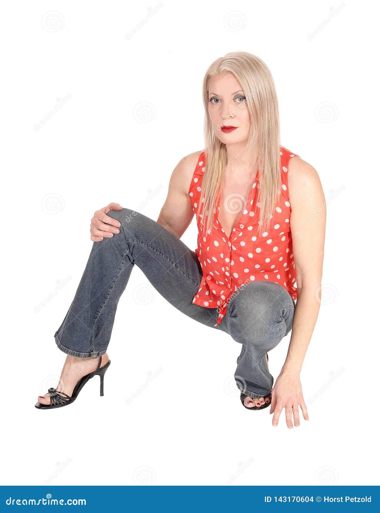 Πανέμορφη γυναίκα που σκύβει στο πάτωμα