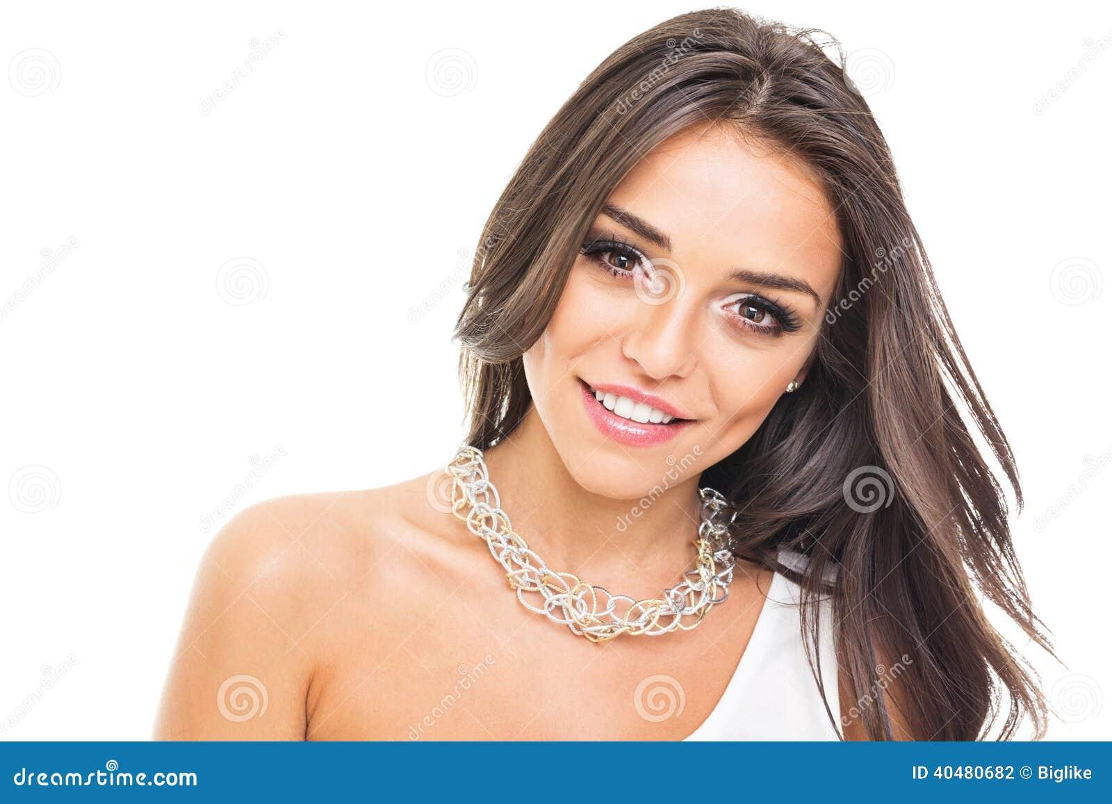 Πανέμορφη νέα γυναίκα με το χαμόγελο περιδεραίων