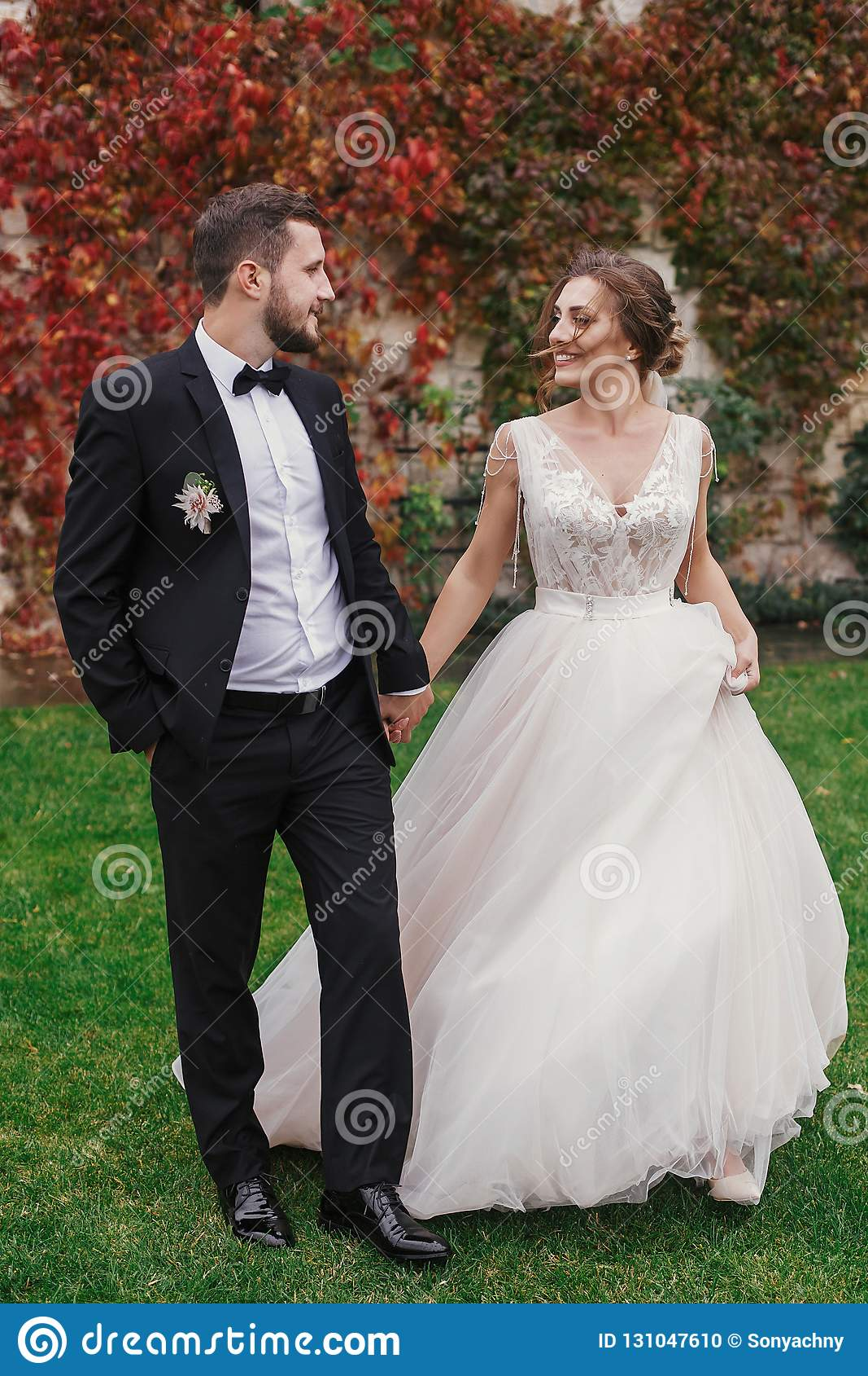 Πανέμορφη νύφη και μοντέρνα χέρια εκμετάλλευσης νεόνυμφων και περπάτημα στο wa