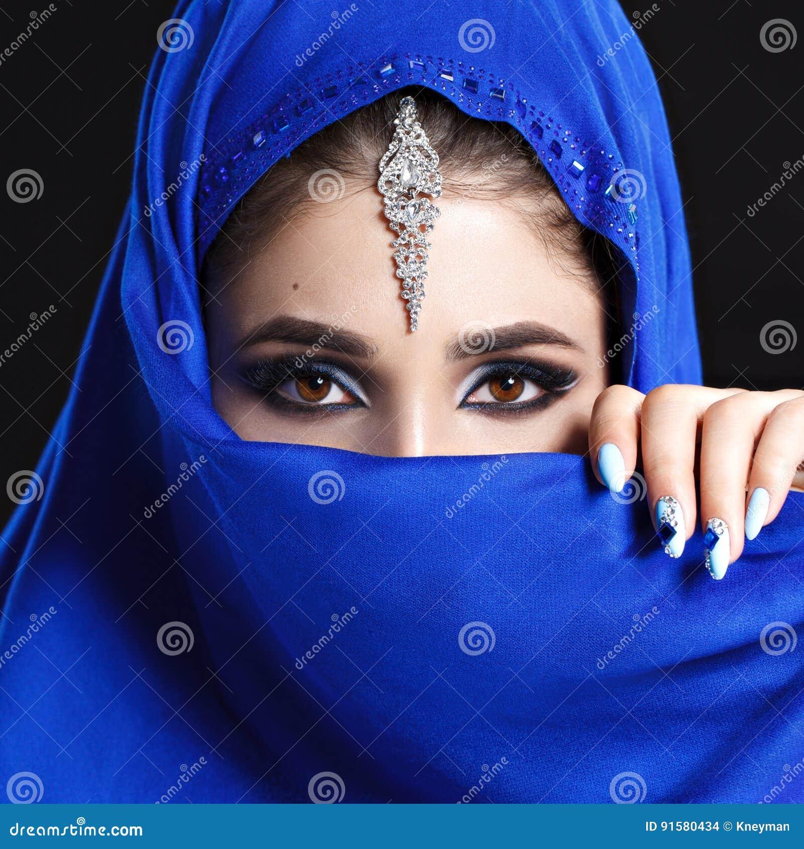 Πανέμορφο νέο πορτρέτο προσώπου ανατολικών γυναικών στο hijab Πρότυπο κορίτσι ομορφιάς με τα φωτεινά φρύδια, τέλεια σύνθεση, σχετ