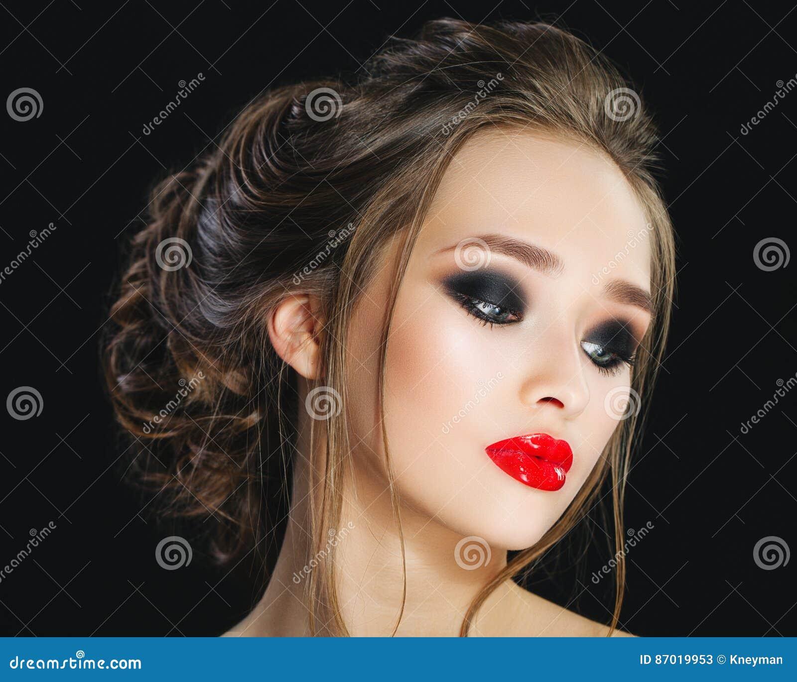 Πανέμορφο νέο πορτρέτο προσώπου γυναικών Πρότυπο κορίτσι ομορφιάς με τα φωτεινά φρύδια, τέλεια σύνθεση, κόκκινα χείλια, hairstyle