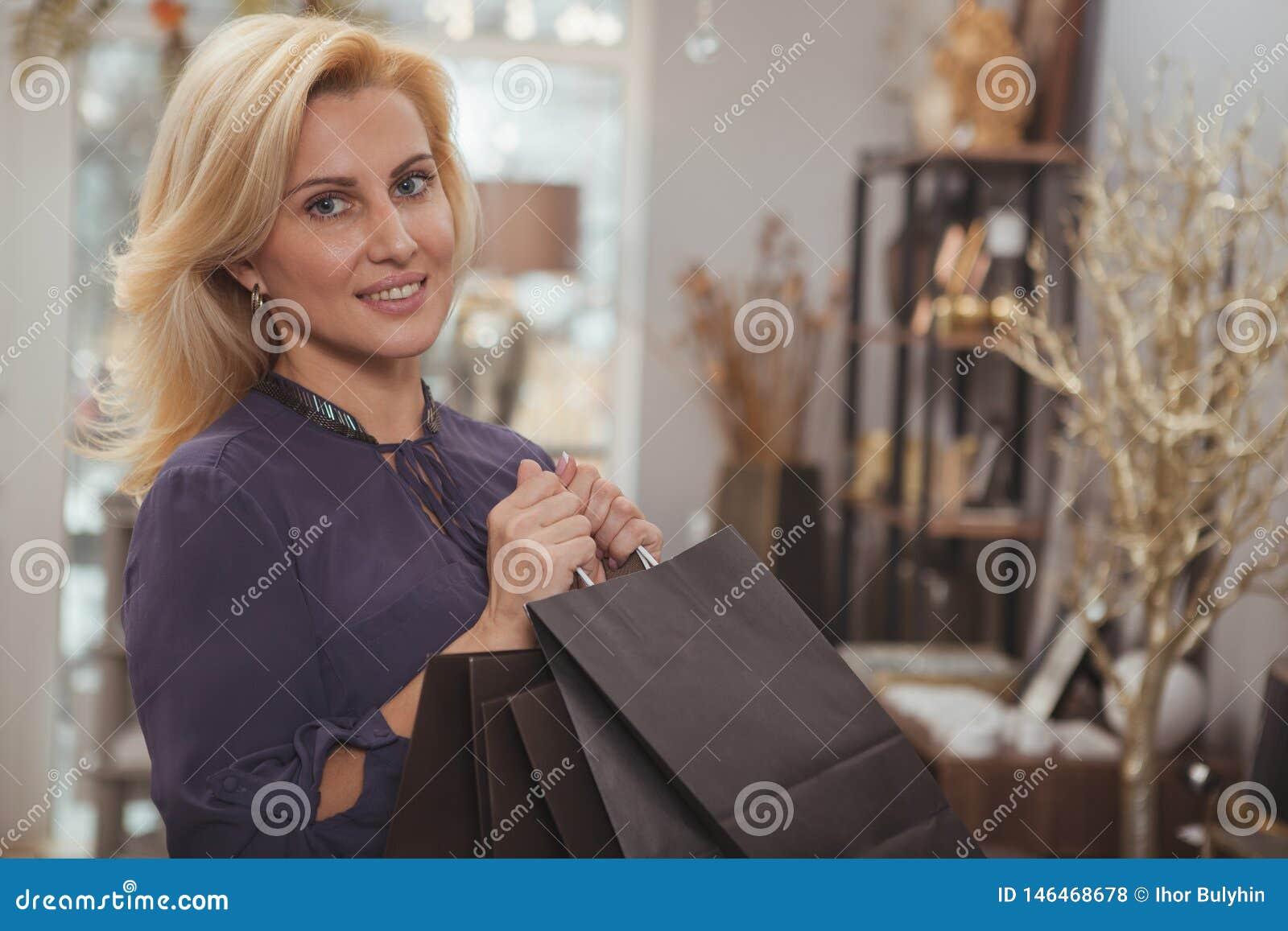 Πανέμορφο ώριμο κατάστημα ντεκόρ γυναικών που ψωνίζουν στο σπίτι