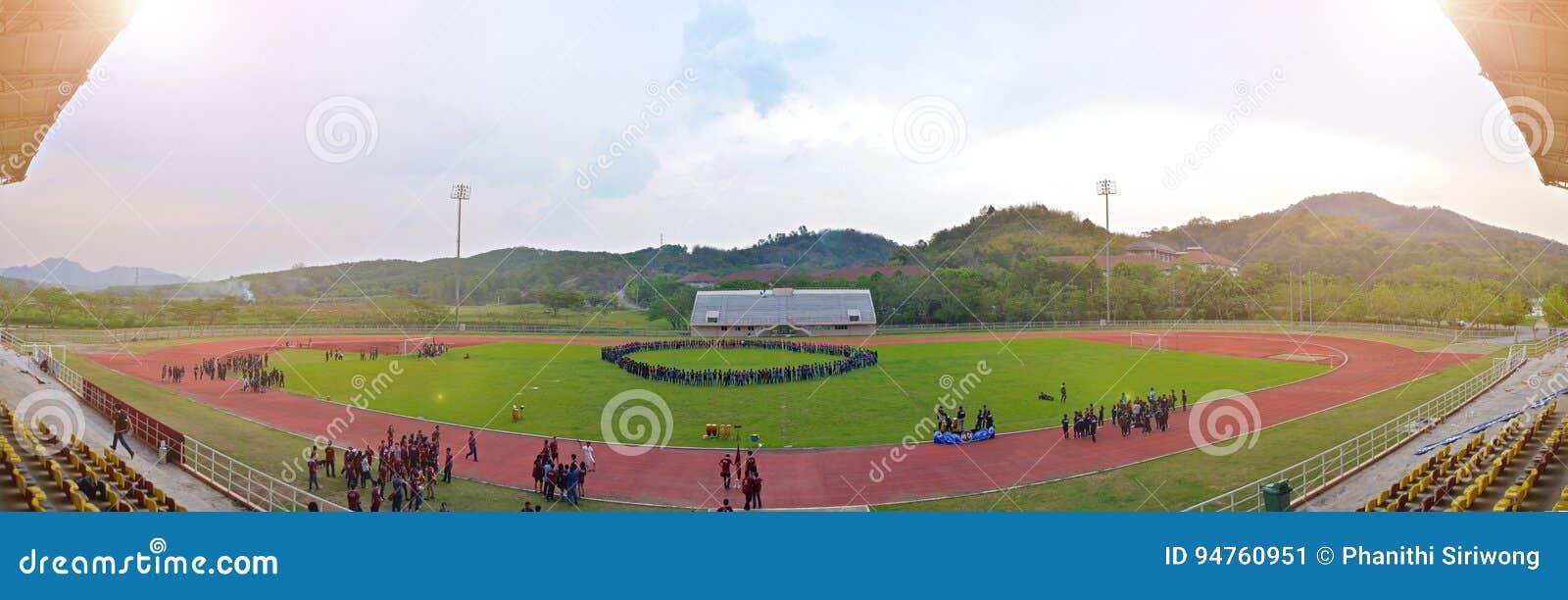 Πανεπιστημιακή αθλητική ημέρα στο υπαίθριο στάδιο