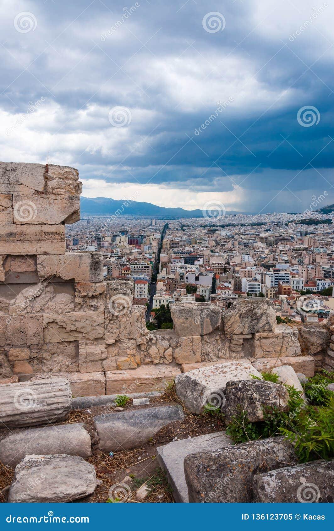 Πανοραμική άποψη εικονικής παράστασης πόλης σχετικά με την κύρια Αθήνα πόλη της Ελλάδας από το λόφο ακρόπολη Άποψη μέσω των αρχαί