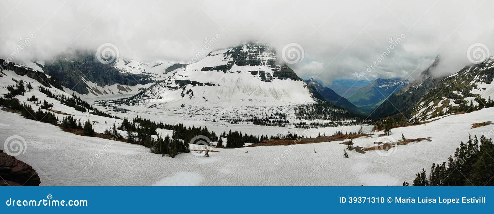 Πανοραμική άποψη στην παγωμένη κρυμμένη λίμνη