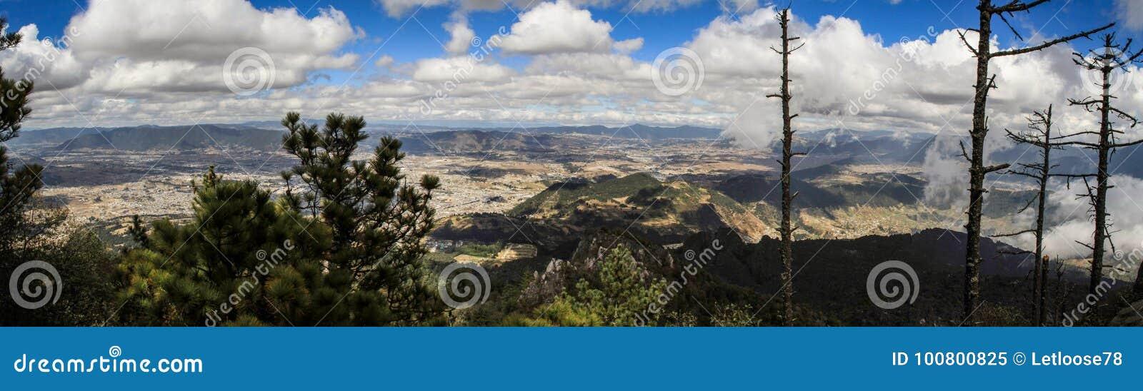 Πανοραμική άποψη σχετικά με Quetzaltenango και τα βουνά γύρω από, από τη Cerro Quemado κορυφή, Quetzaltenango, Altiplano, Γουατεμ