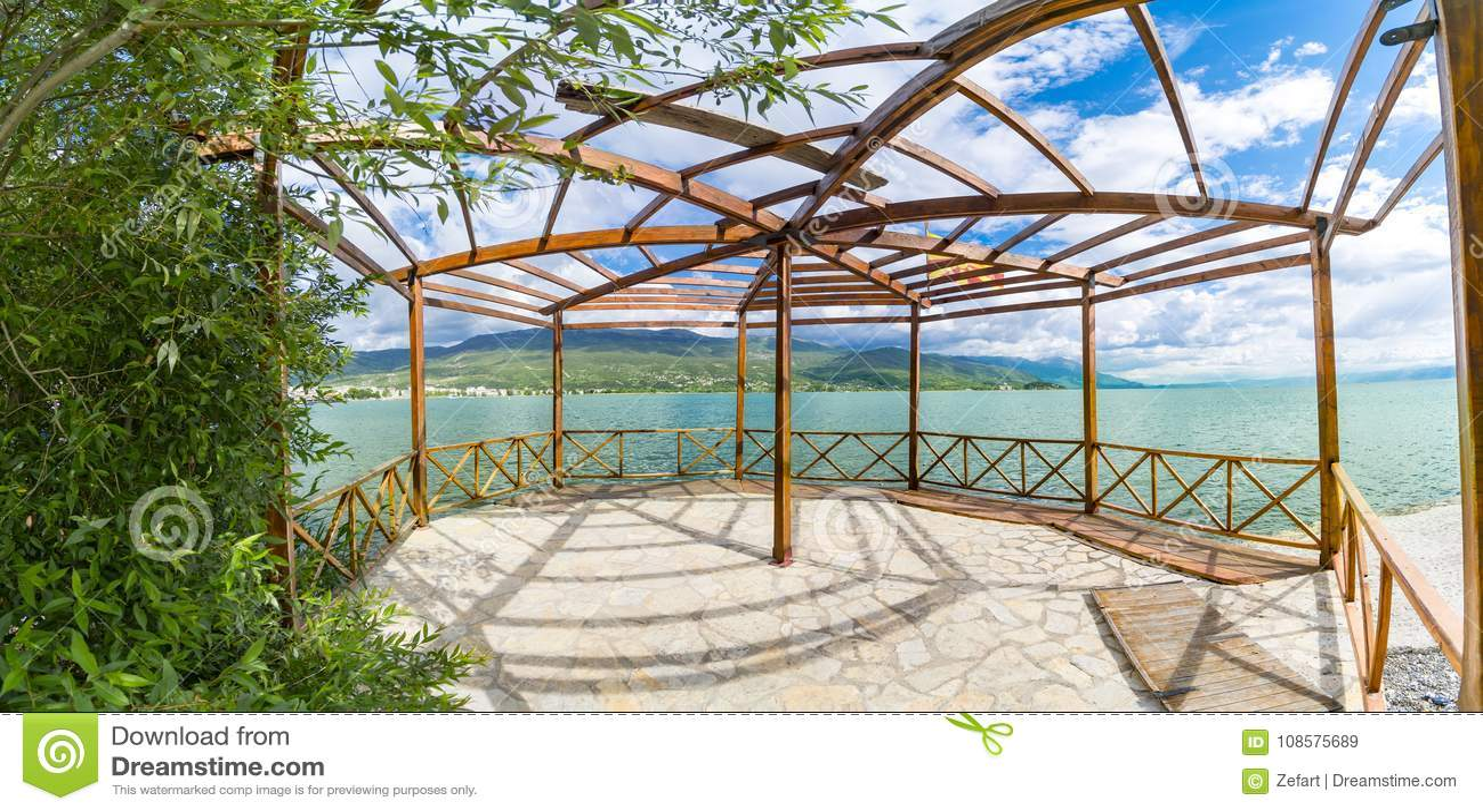 Πανοραμική άποψη του θερινού ξύλινου terace του vila πολυτέλειας στην ακτή της Οχρίδας
