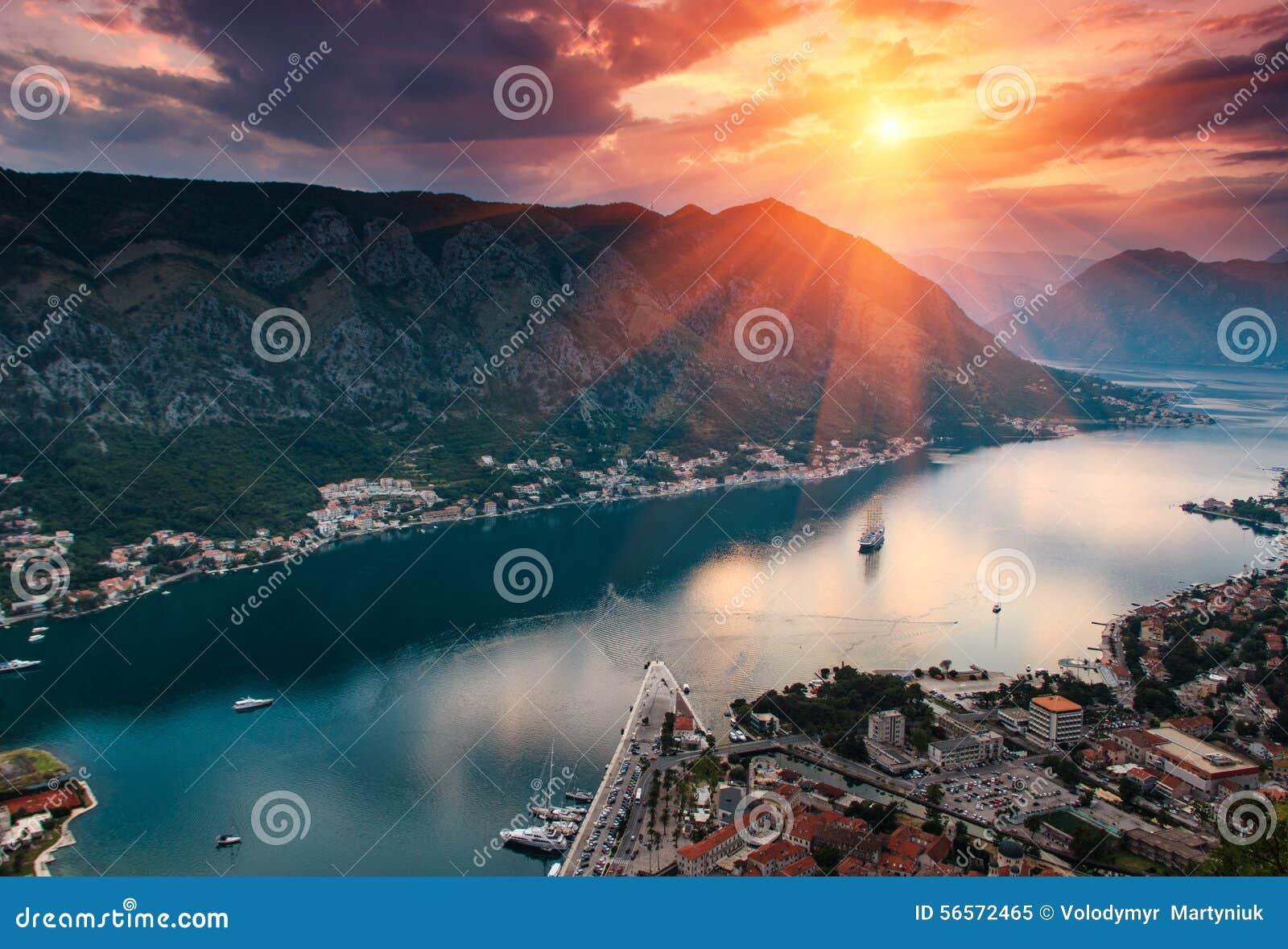 Download Πανοραμική άποψη του κόλπου Kotor στο ηλιοβασίλεμα Στοκ Εικόνα - εικόνα από μαυροβούνιο, αδρεναλίνης: 56572465