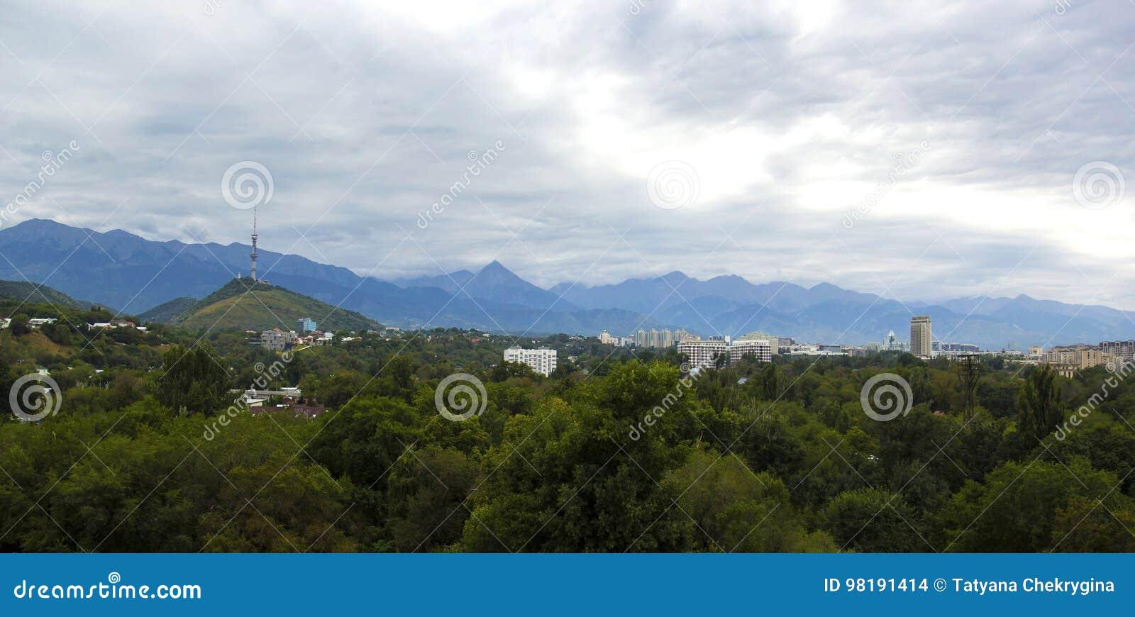 Πανοραμική άποψη του πύργου επικοινωνίας στο λόφο Kok Tobe και το ξενοδοχείο του Καζακστάν, Αλμάτι