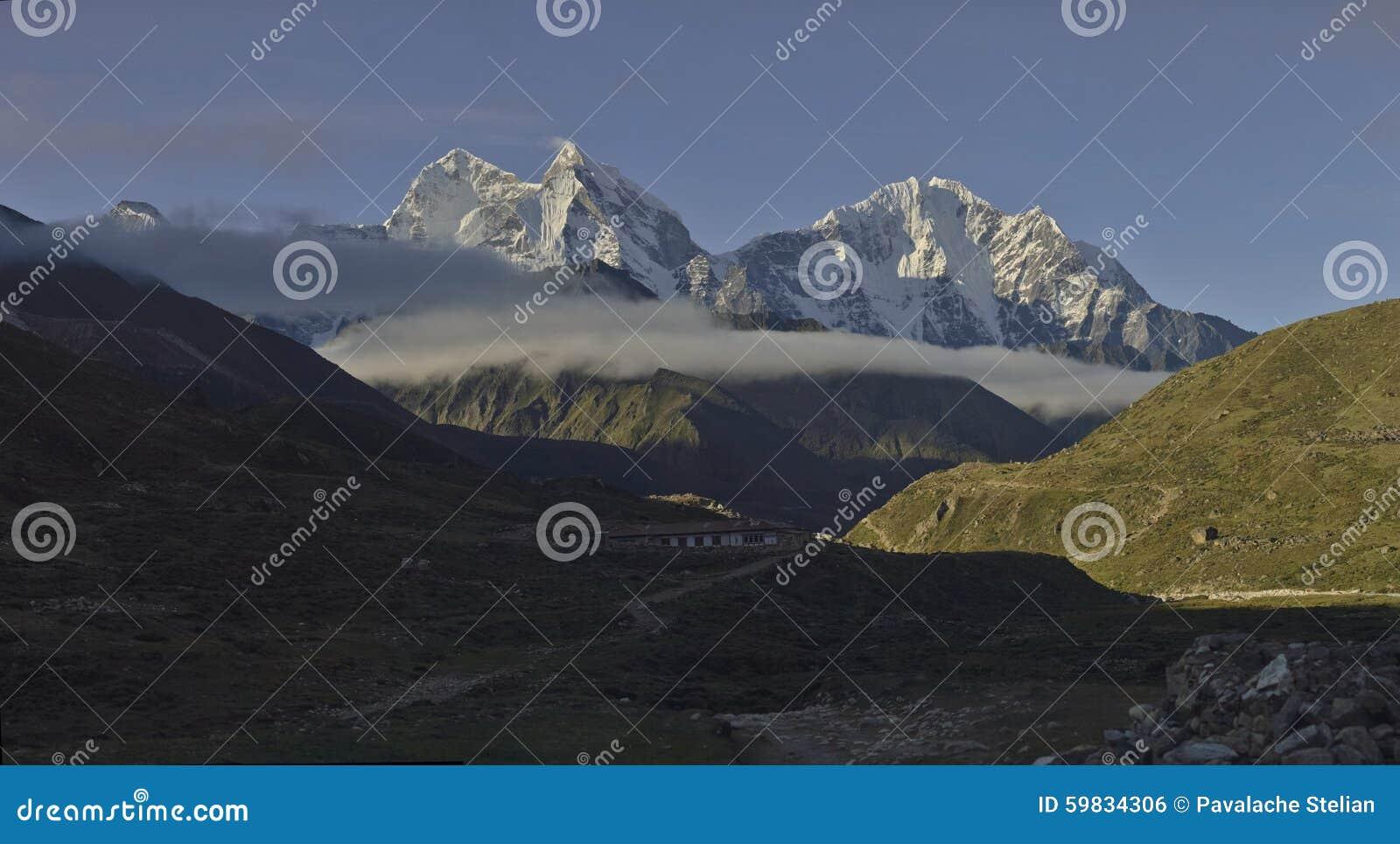 Πανοραμική άποψη των βουνών Kangtega μέγιστο Thamserku από το χωριό Pheriche Νεπάλ