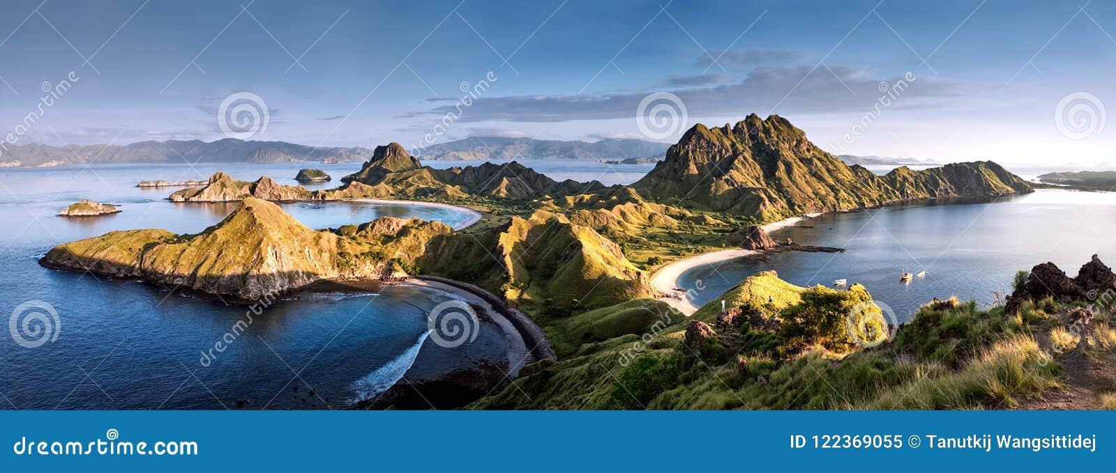 Πανοραμική θερμή άποψη στην κορυφή του νησιού ` ` Padar στην ανατολή αργά το πρωί από το νησί Komodo, εθνικό πάρκο Komodo, Labuan