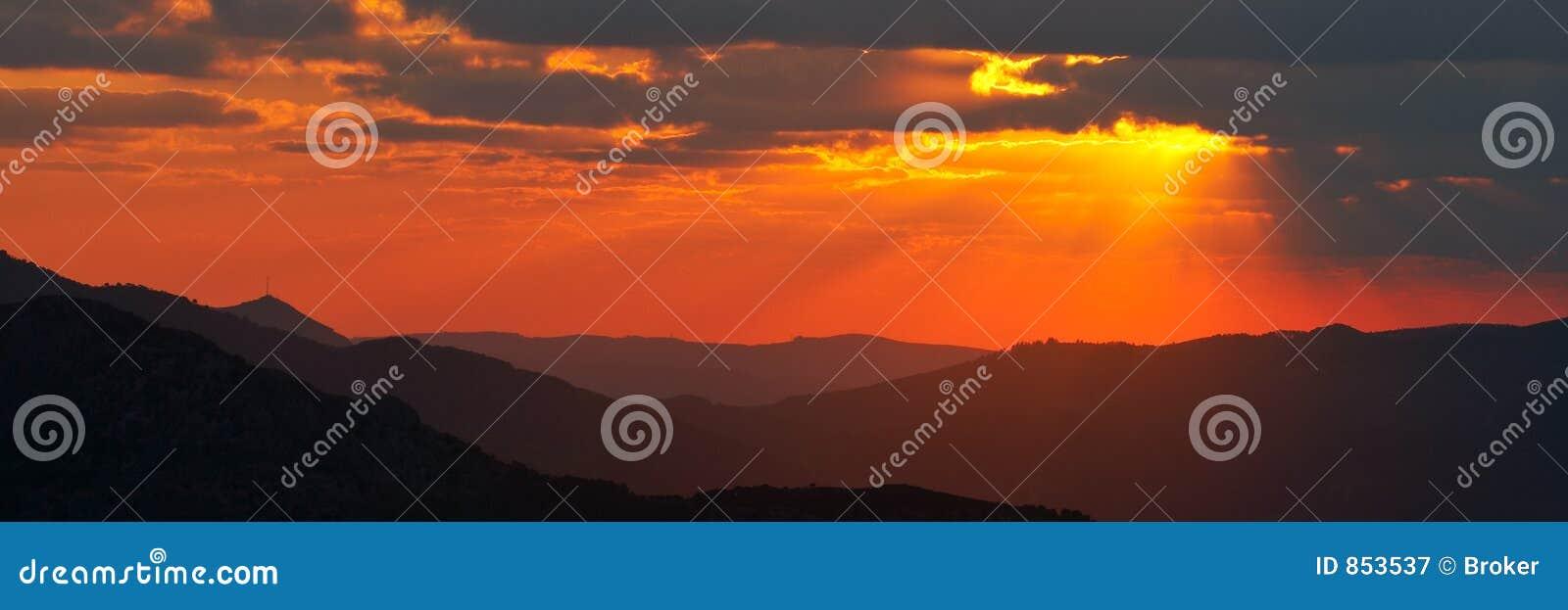 πανοραμικό ηλιοβασίλεμα άνοιξης εποχής