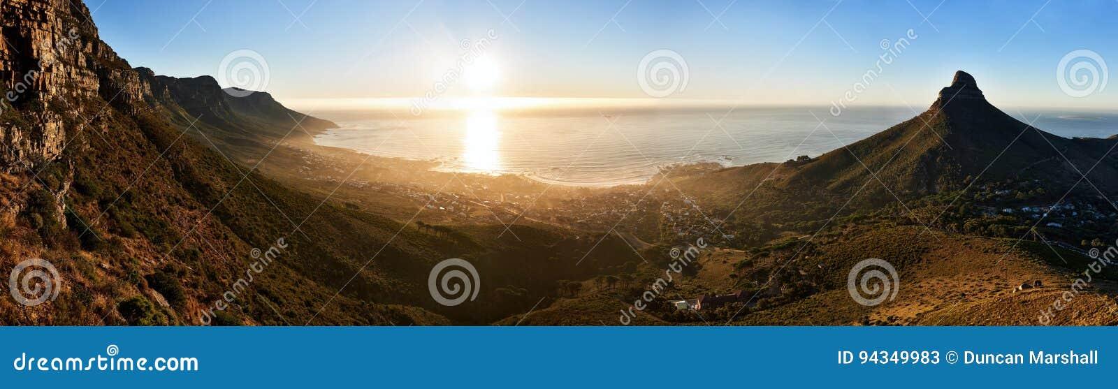Πανοραμικό τοπίο του ωκεανού και των βουνών ηλιοβασιλέματος στο Καίηπ Τάουν