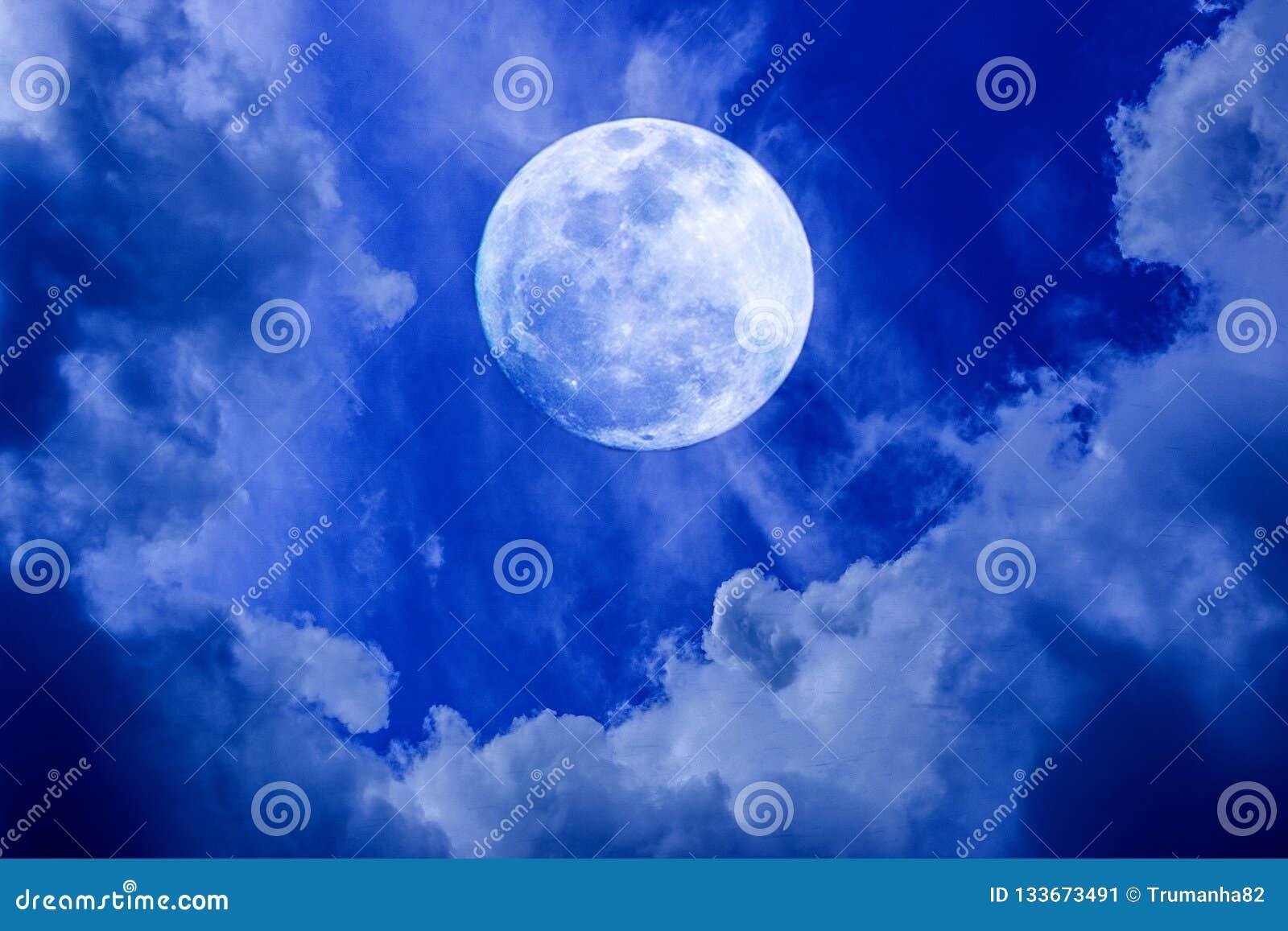 Πανσέληνος στο νυχτερινό ουρανό