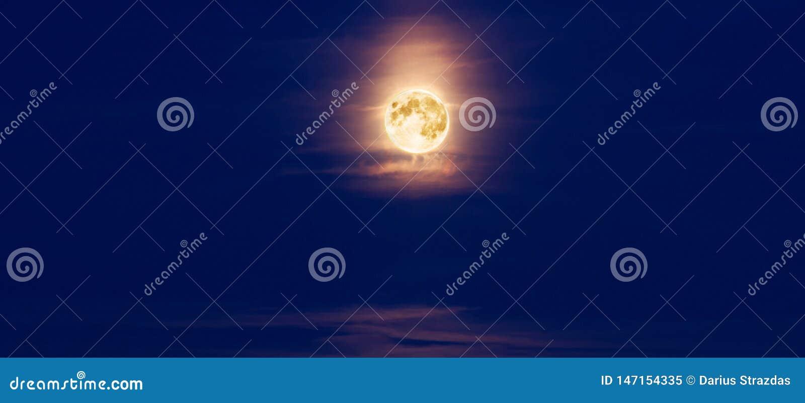 Πανσέληνος τη νύχτα και σύννεφα