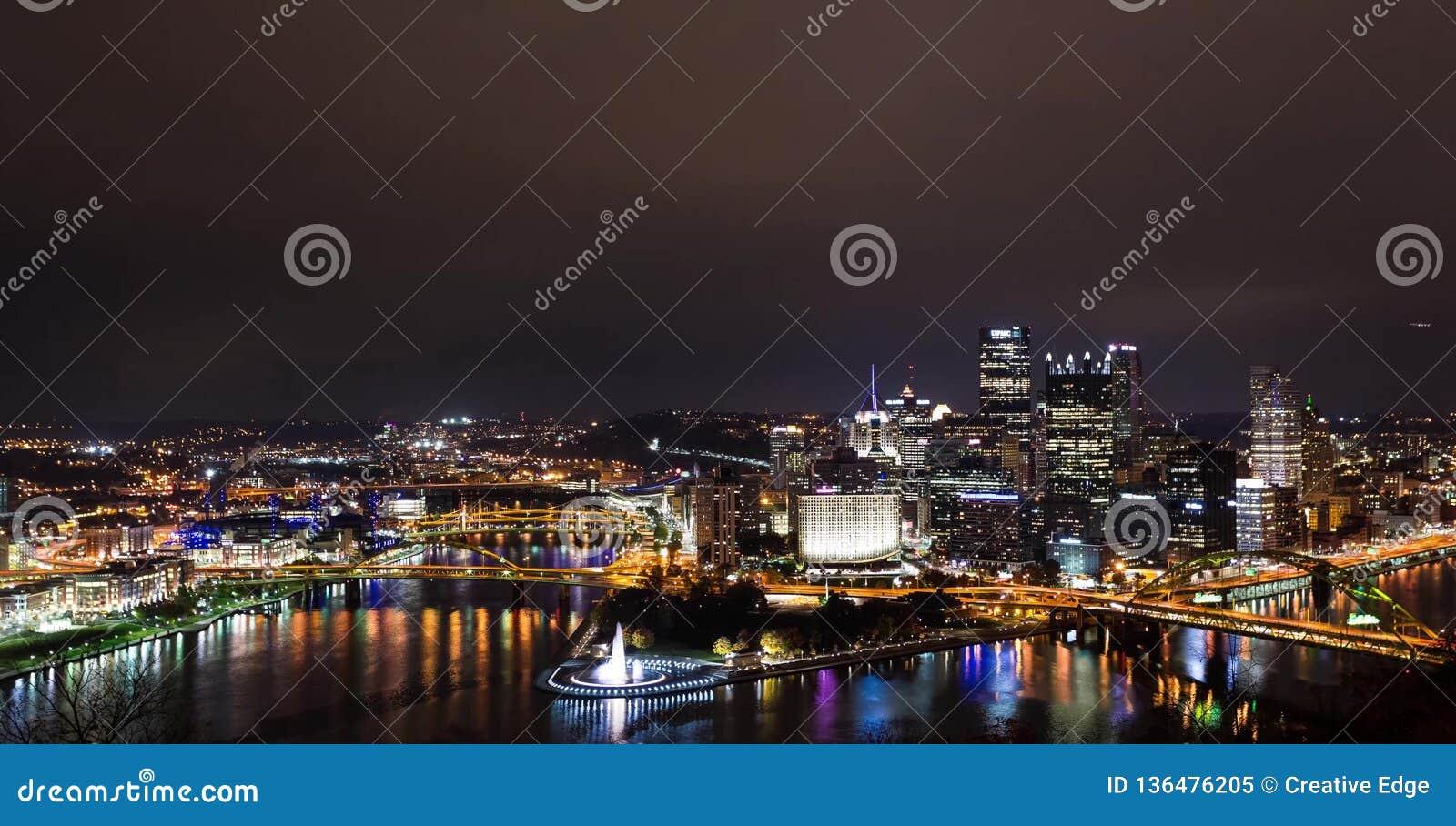 Πανόραμα θερινού βραδιού του στο κέντρο της πόλης Πίτσμπουργκ, Πενσυλβανία