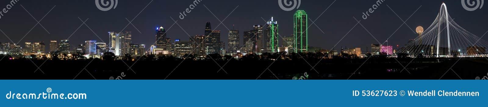 Πανόραμα ορίζοντας του Ντάλλας, Τέξας σε μια σαφή νύχτα με τη πανσέληνο