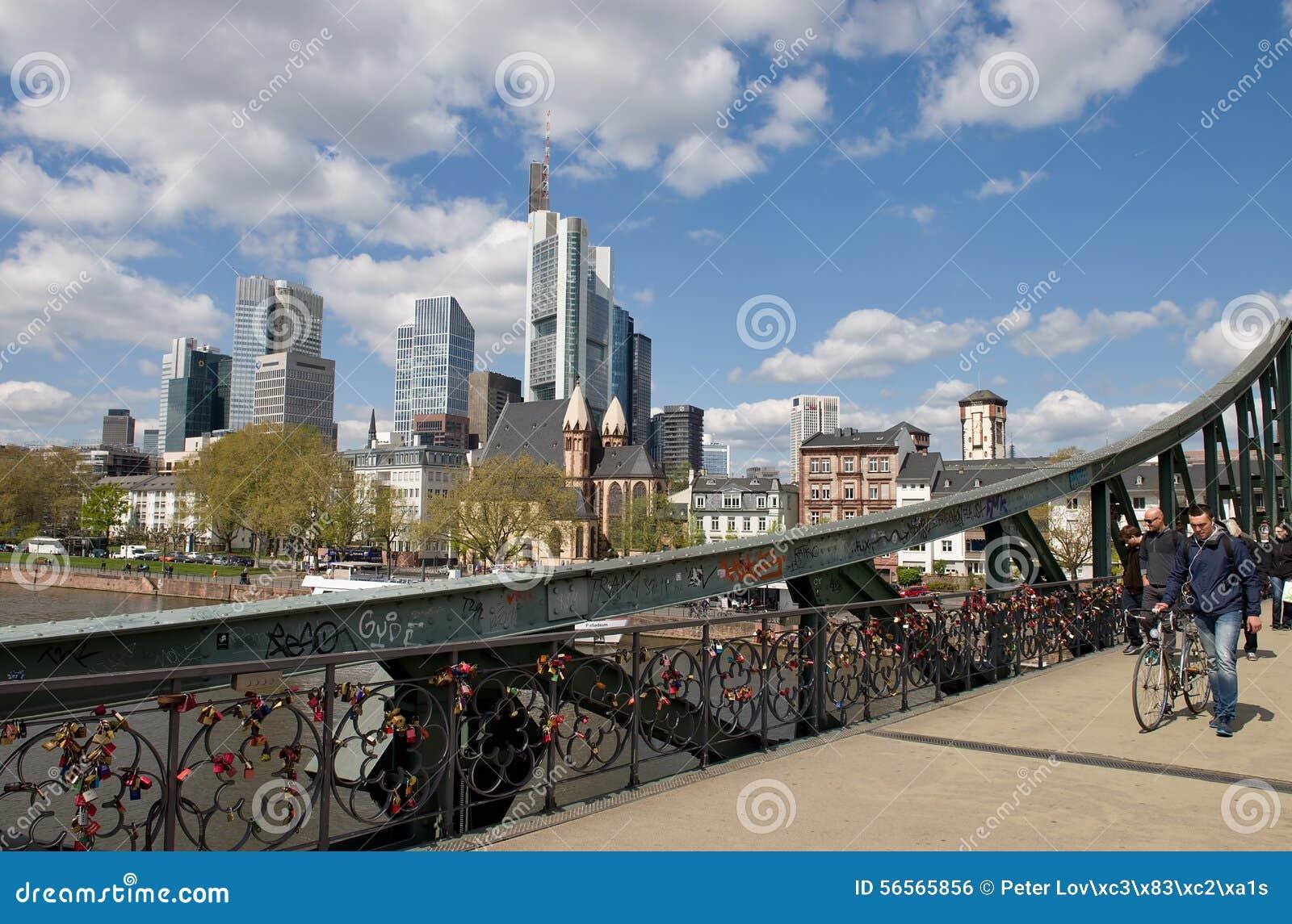 Download Πανόραμα της Φρανκφούρτης - γέφυρα για πεζούς Εκδοτική Εικόνες - εικόνα από ευρώπη, σύννεφα: 56565856