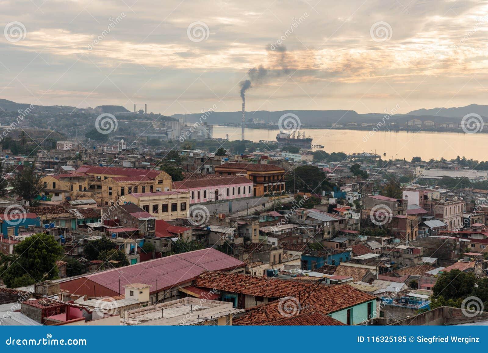 Πανόραμα του κέντρου πόλεων με τα παλαιά σπίτια Σαντιάγο de Κούβα, Κούβα