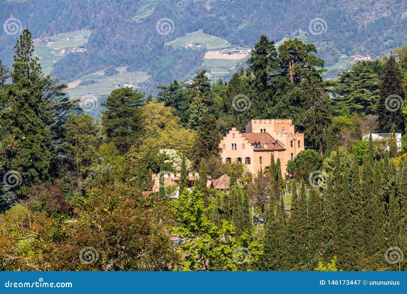 Πανόραμα του Castle Pienzenau μεταξύ ενός πράσινου τοπίου του Meran Merano, επαρχία Μπολτζάνο, νότιο Τύρολο, Ιταλία