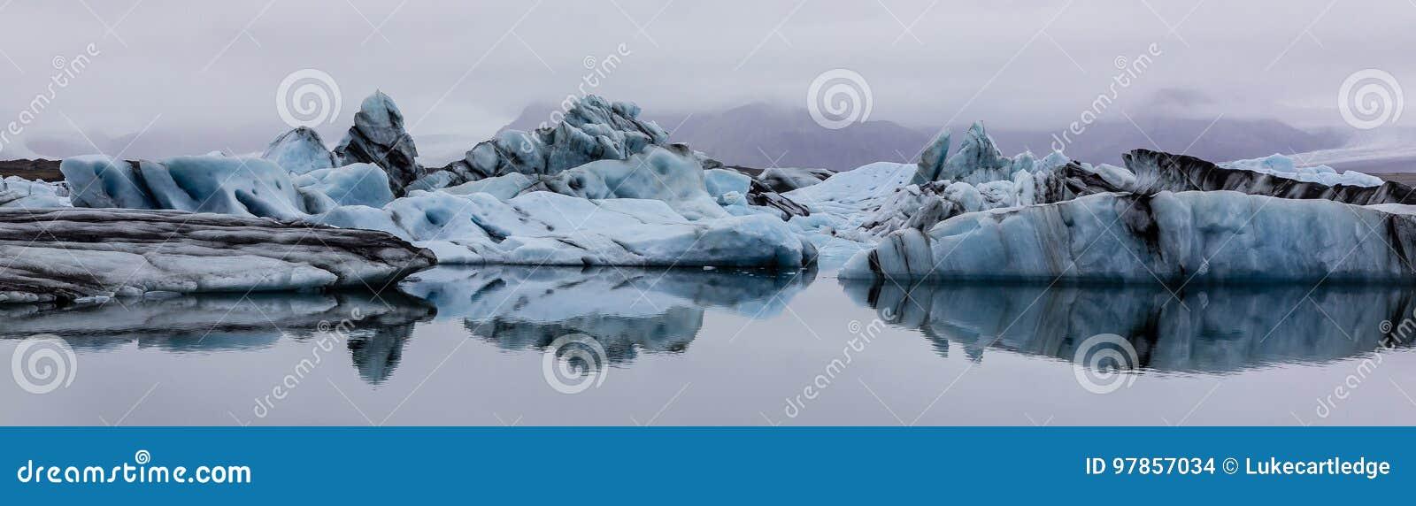 Πανόραμα των παγόβουνων στη λίμνη Jokulsarlon, νότια Ισλανδία