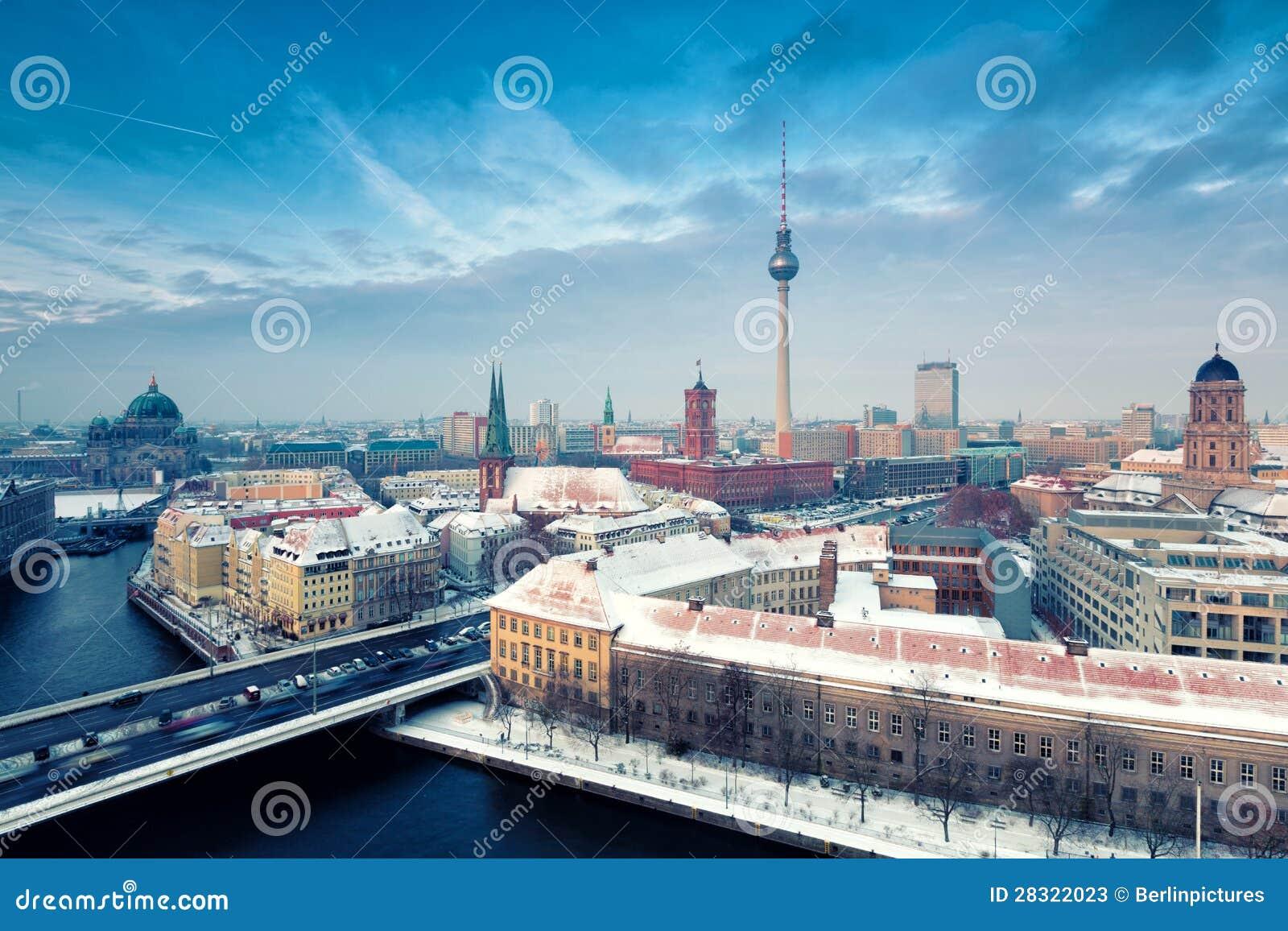 Πανόραμα χειμερινών πόλεων οριζόντων του Βερολίνου με το χιόνι και το μπλε ουρανό