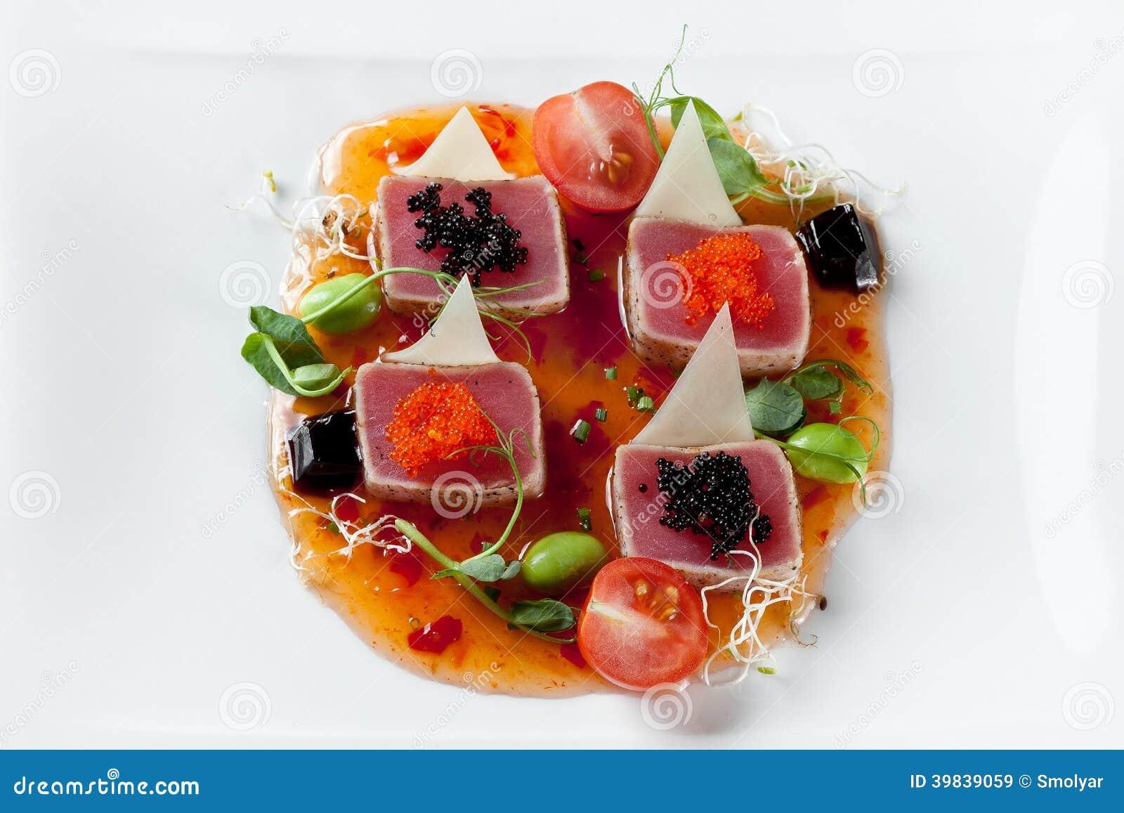 Παν-ασιατική κουζίνα θαλασσινών με τη λωρίδα τόνου στη σάλτσα και το χαβιάρι