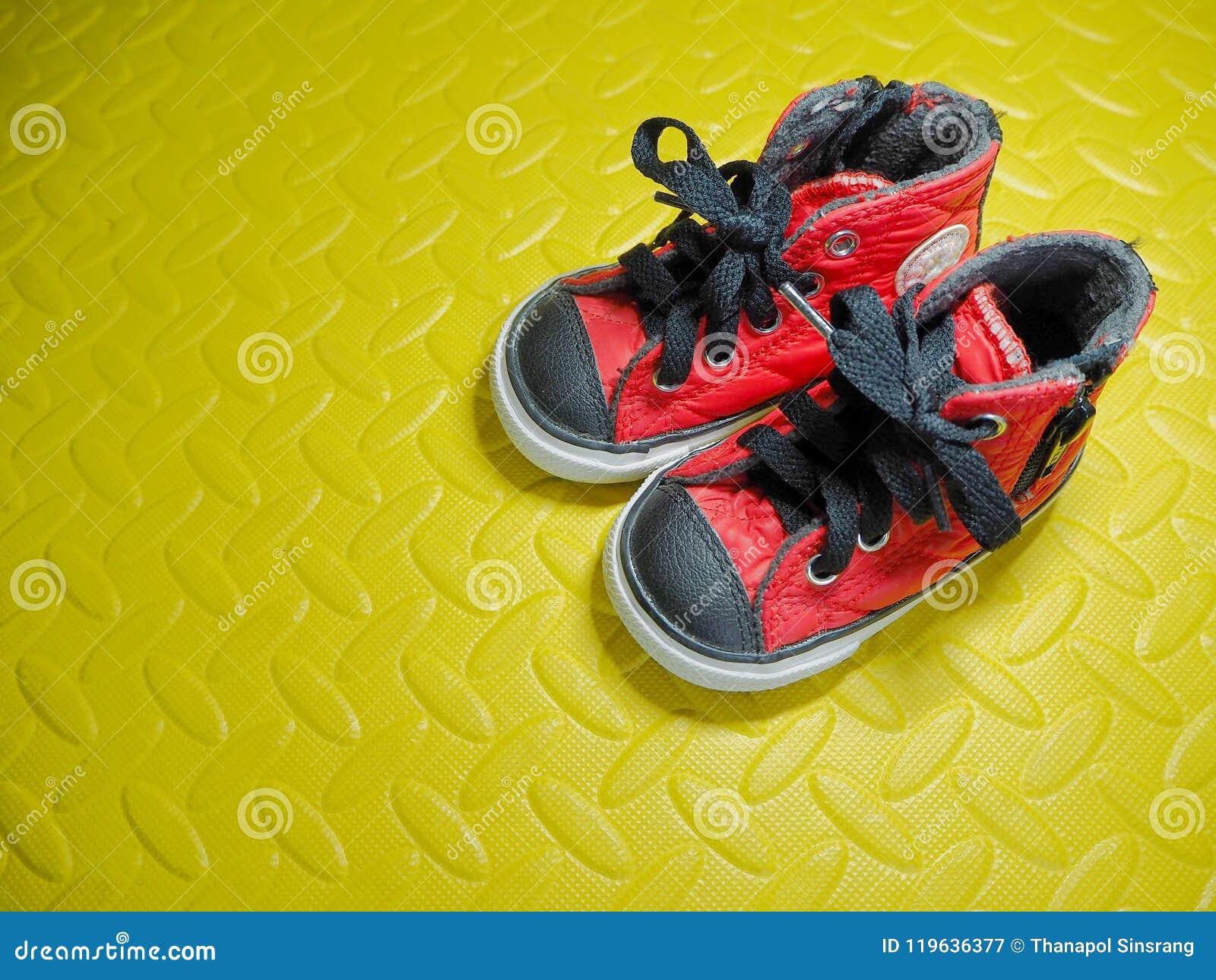 Παπούτσια μωρών στα λαστιχένια λαστιχένια μαξιλάρια φύλλων