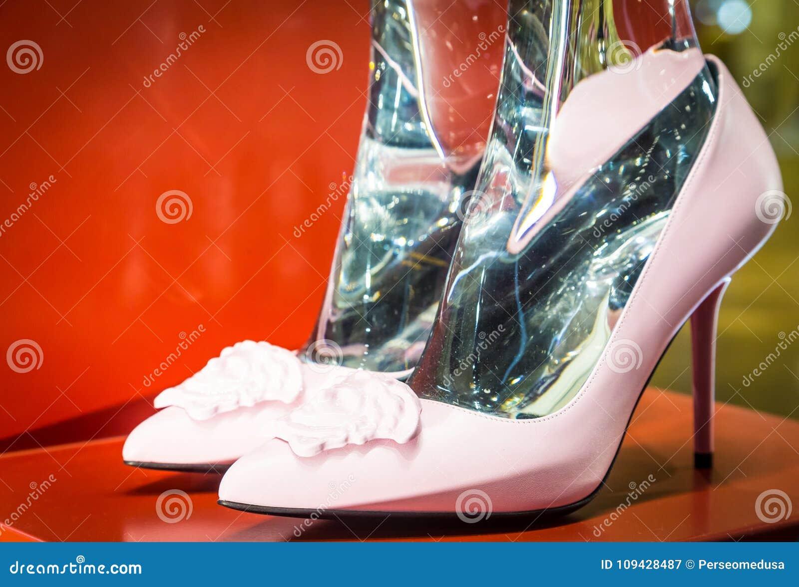 8795c9afe625 Παπούτσια μόδας στο Μιλάνο - την Ιταλία Στοκ Εικόνα - εικόνα από ...