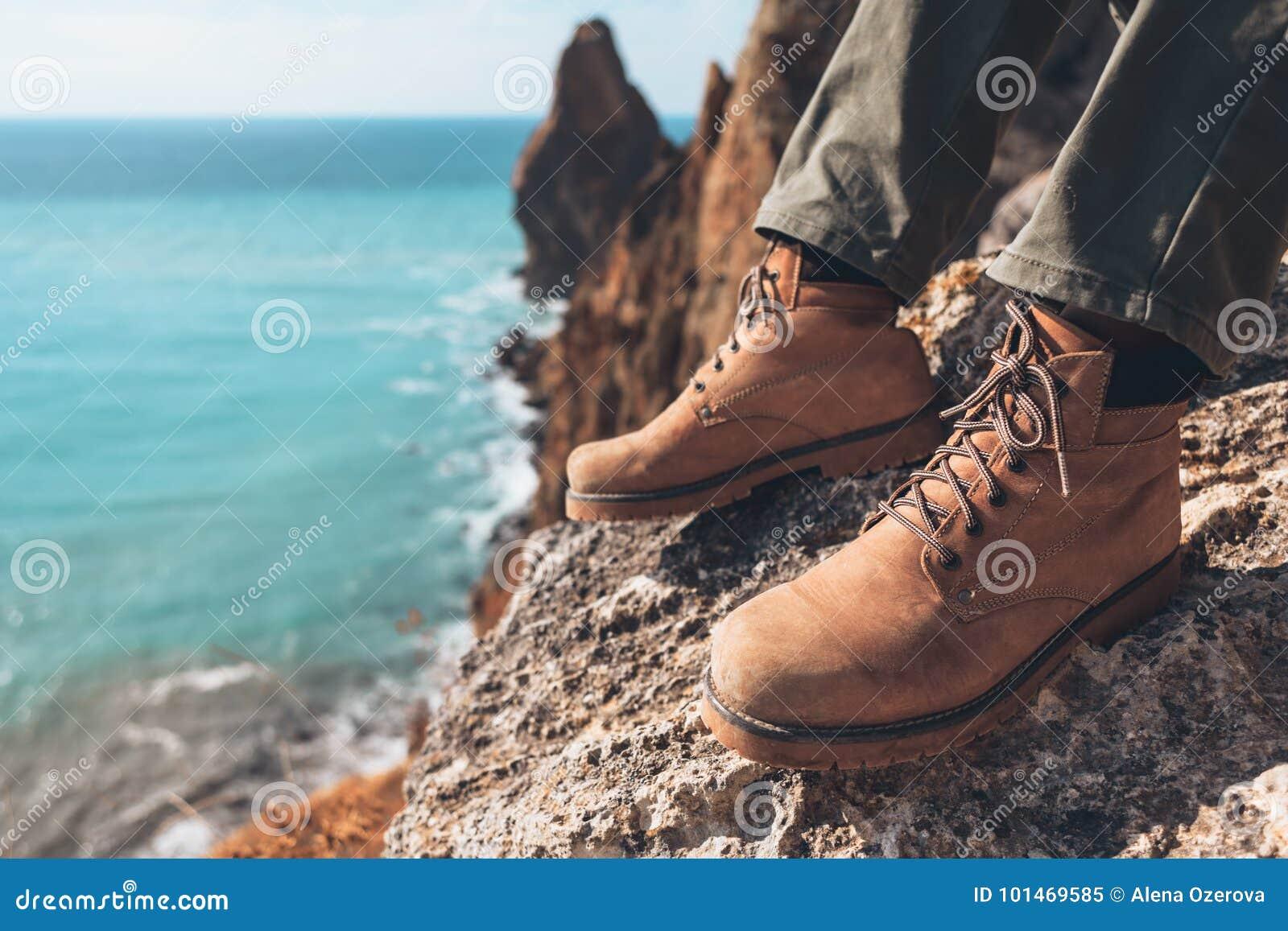 Παπούτσια πεζοπορίας πέρα από το τοπίο θάλασσας Στοκ Εικόνα - εικόνα ... b5f7f9563f4