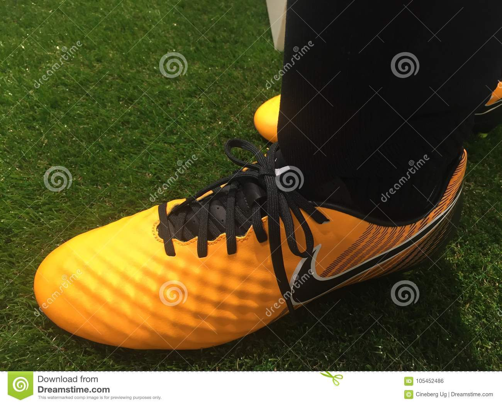 19df1b3154e Βερολίνο, Γερμανία - 28 Νοεμβρίου 2017: Παπούτσια ποδοσφαίρου της Nike για  την πώληση Η Nike είναι σφαιρικά αθλητικά ενδύματα και ο τρέχοντας  λιανοπωλητής ...