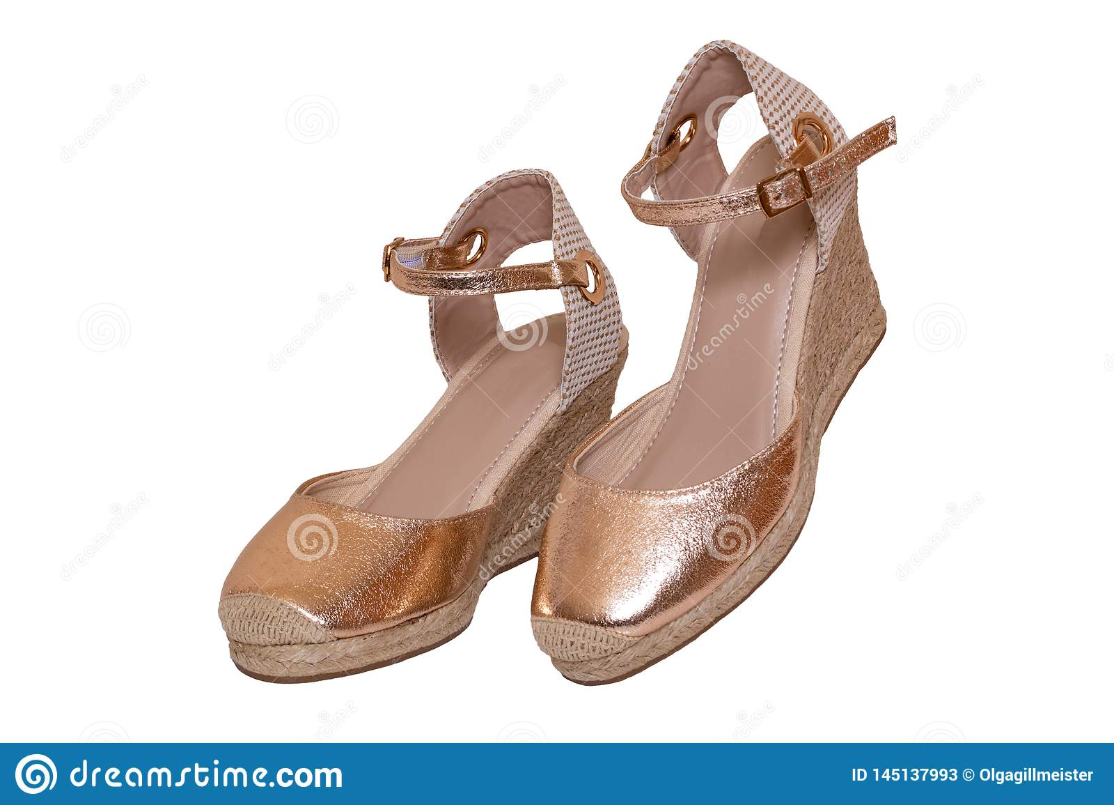 96b7e28bbfe Παπούτσια που απομονώνονται χρυσά Κινηματογράφηση σε πρώτο πλάνο ψηλ ...